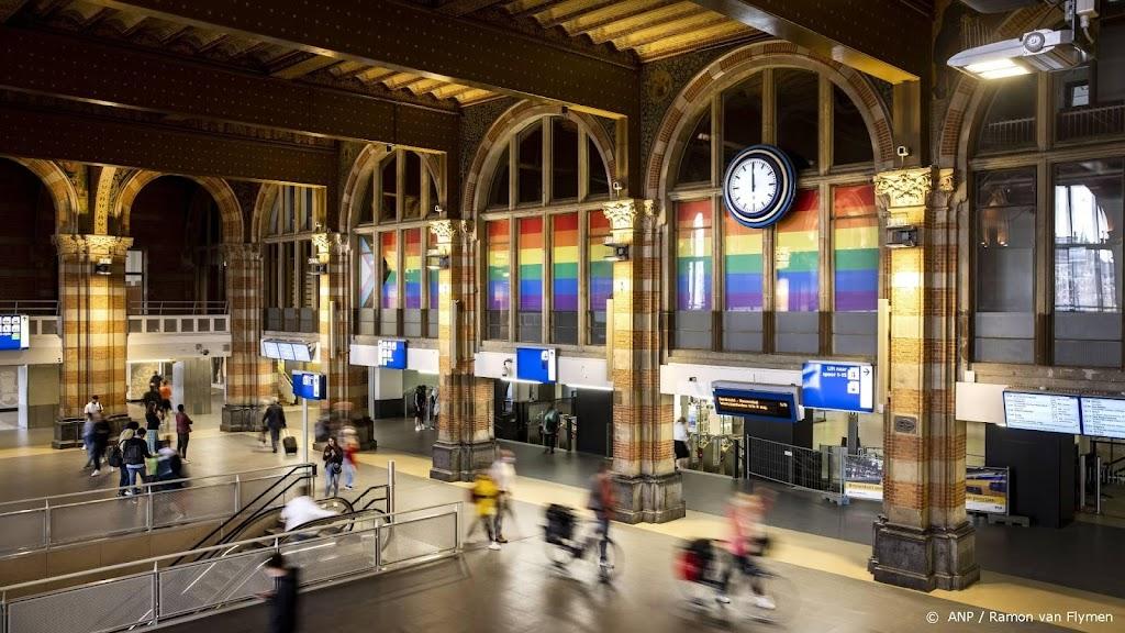 Amsterdam Centraal versierd voor Pride Amsterdam