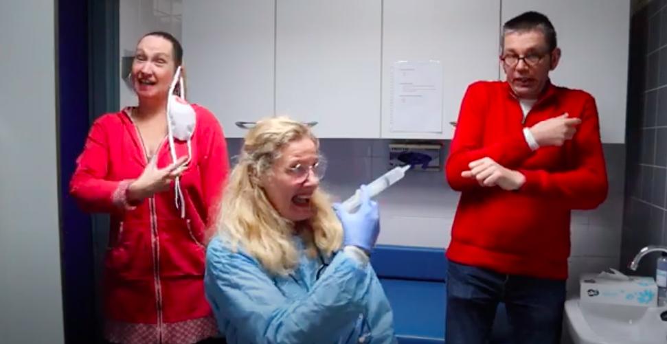 Haarlems drietal maakt ludiek gebarenlied om prikangst bij kinderen weg te nemen [video]