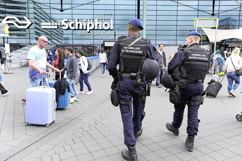 Man met 31.000 euro op zak aangehouden op Schiphol; mogelijk witwasgeld