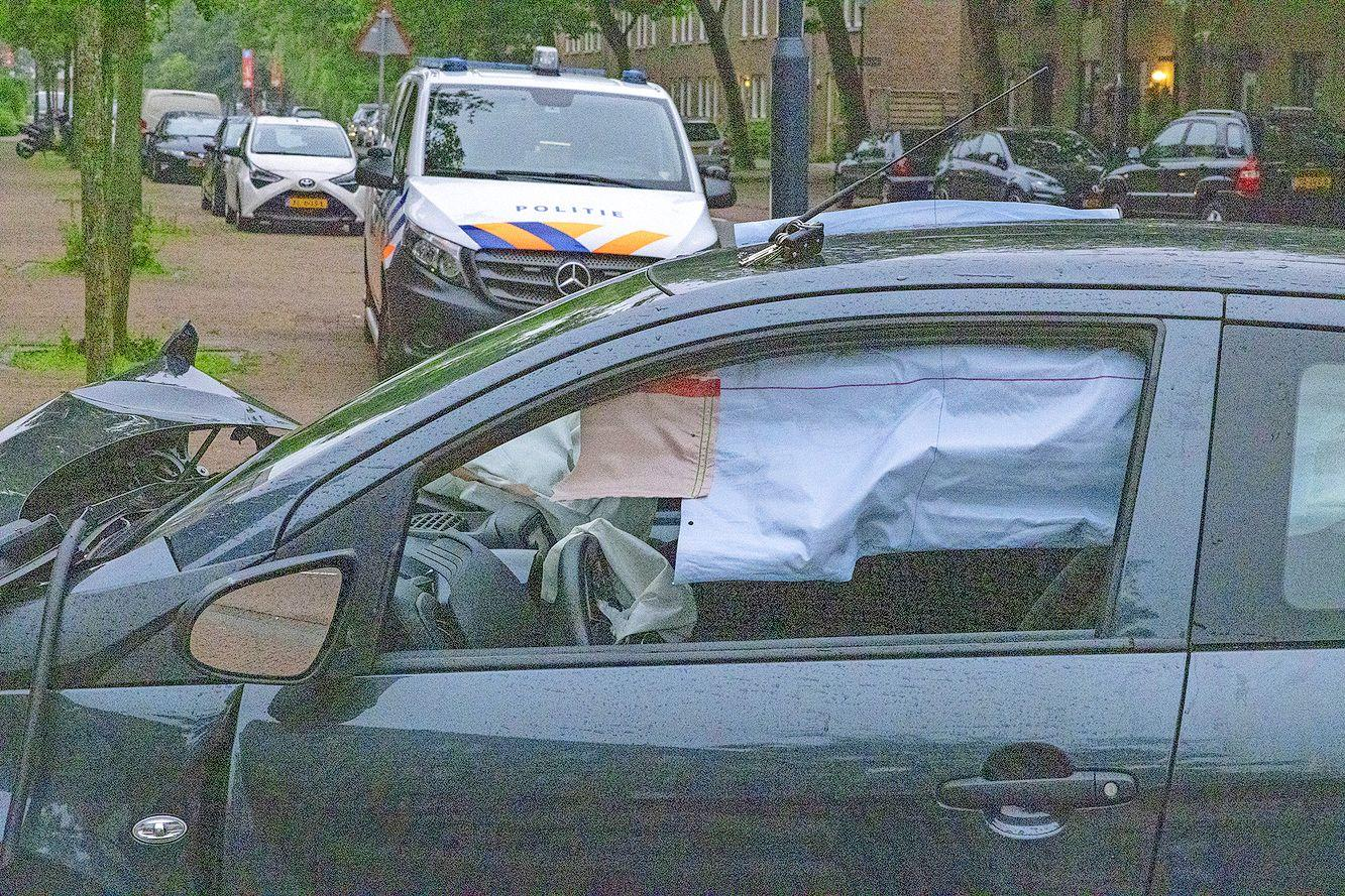 Automobilist rijdt tegen voorgevel van wooncomplex in Haarlem