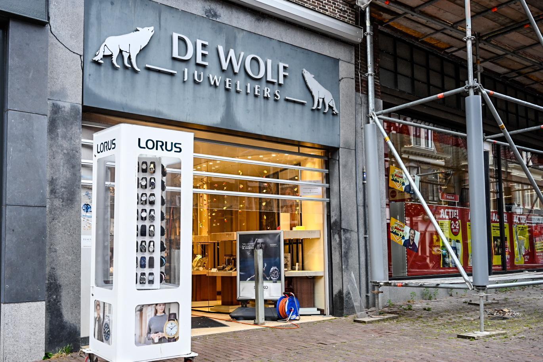 Inbraak bij juwelier aan Grote Noord in Hoorn, dader(s) gezocht