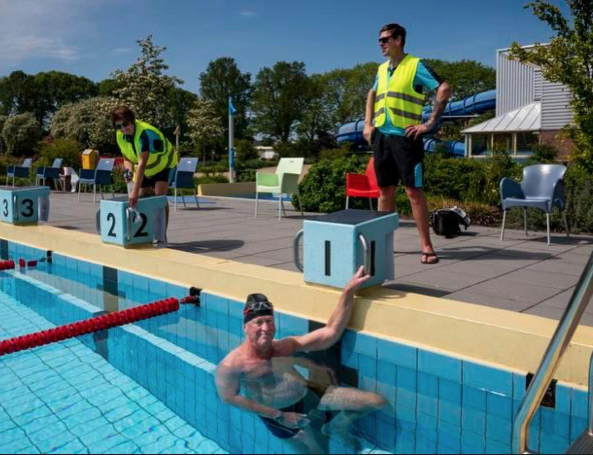 Banentrekker mag na twee maanden coronastop weer het zwembad in: 'Ik heb het vre-se-lijk gemist' [video]
