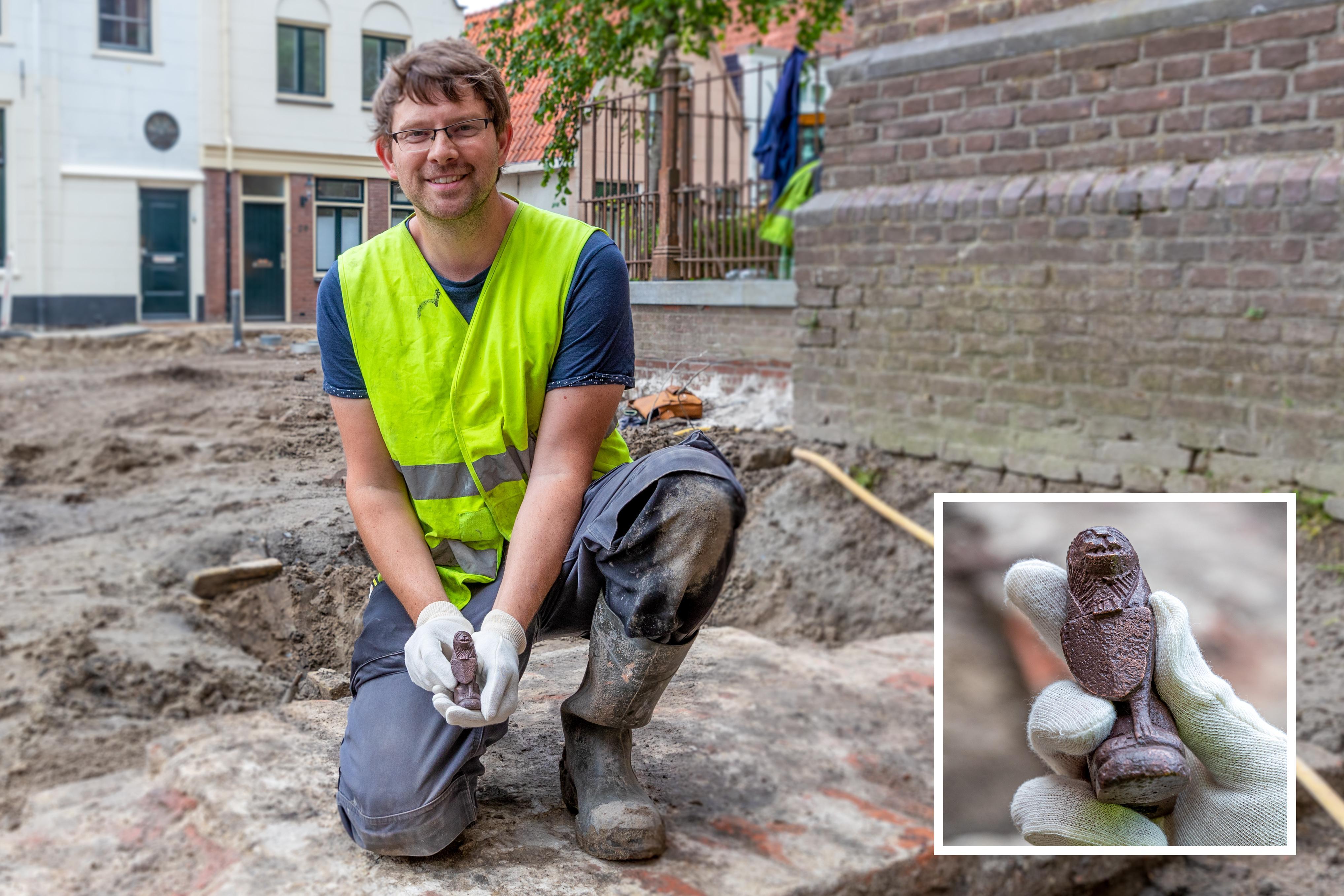Archeologie West-Friesland maakt balans van opgravingen bij Grote Kerk Hoorn op: oude funderingsmuren, een poot van een 500 jaar oude altaarkandelaar en heel veel beenderen