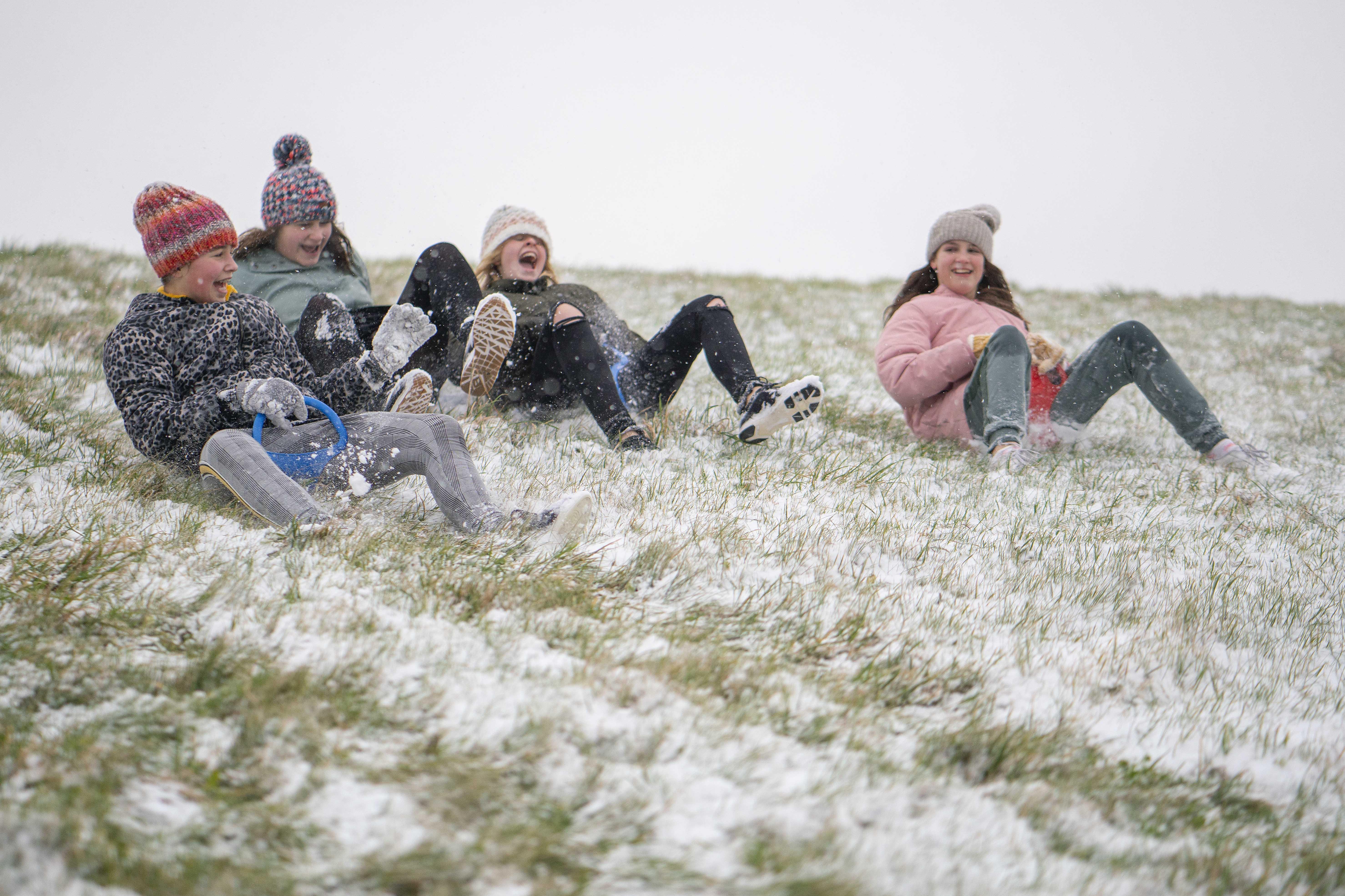 Verse sneeuw in Den Helder: op de billenglijder van de dijk en een wandeling met de hond voor een frisse neus