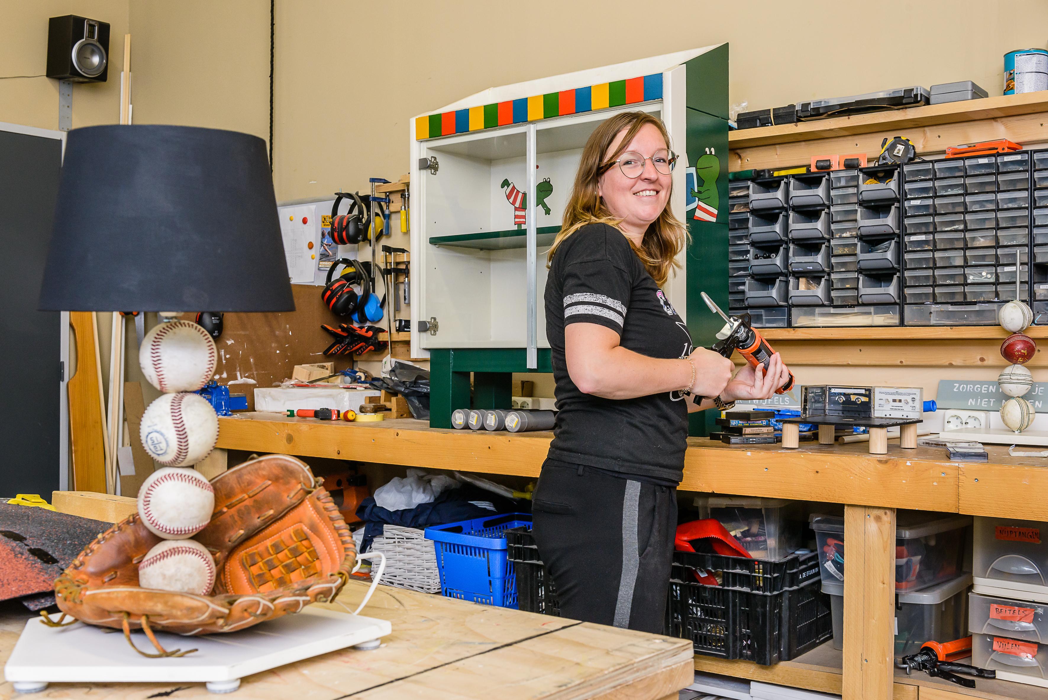 Blingbling hobbelpaard of een honkballamp: Leviaan maakt kunst van kringloop-spullen bij Noppes in Zaandam