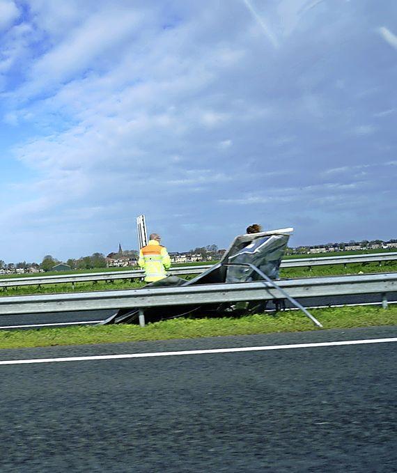 A9 bij Akersloot gedeeltelijk dicht door weggeblazen dak stacaravan, code geel in het hele land