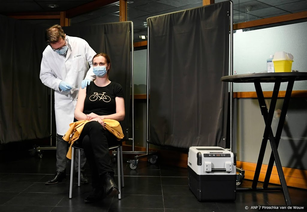 Vaccinatie huisartsen begonnen, eerste prik in Enschede