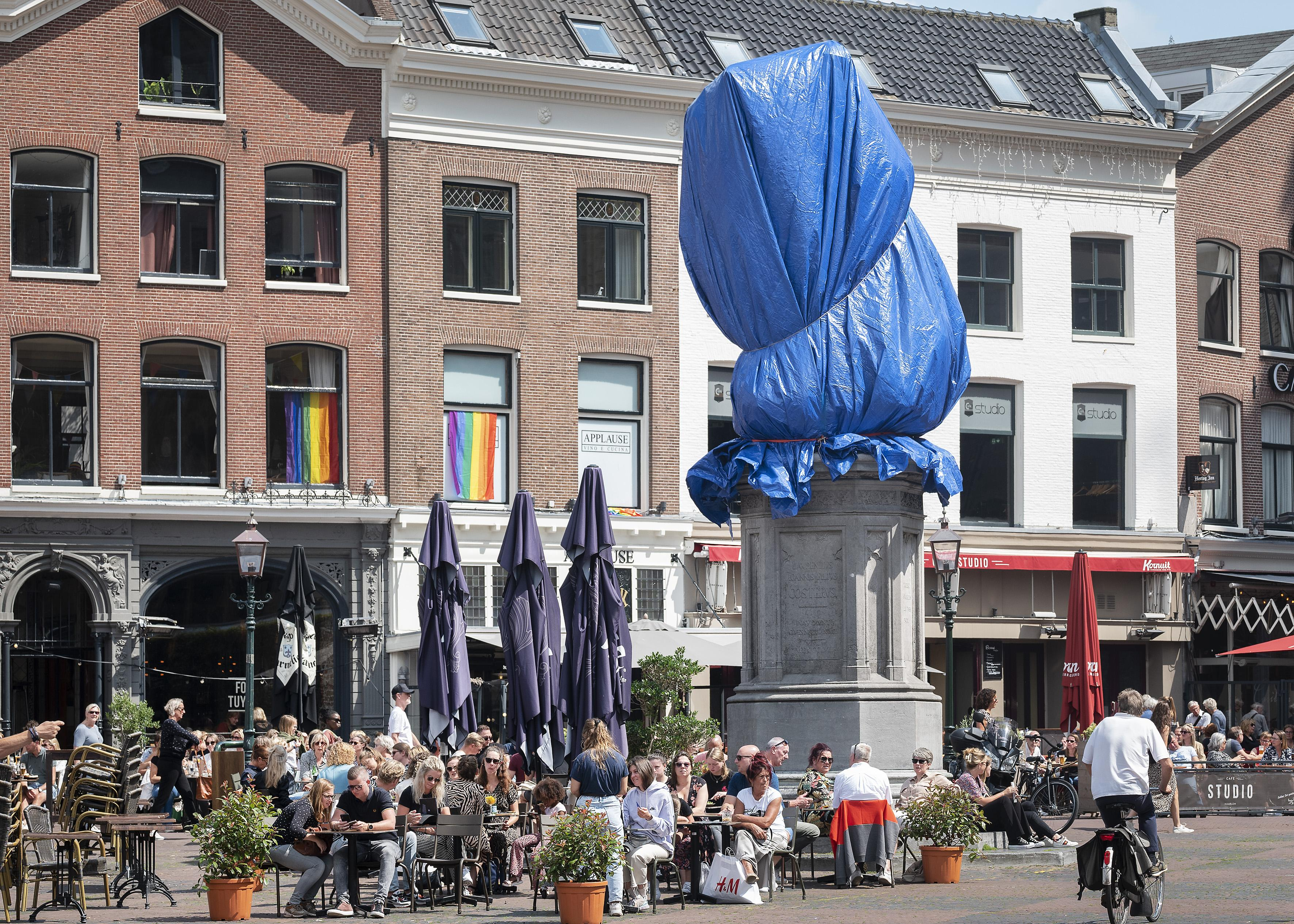 Standbeeld van Laurens Janszoon Coster op Grote Markt ingepakt