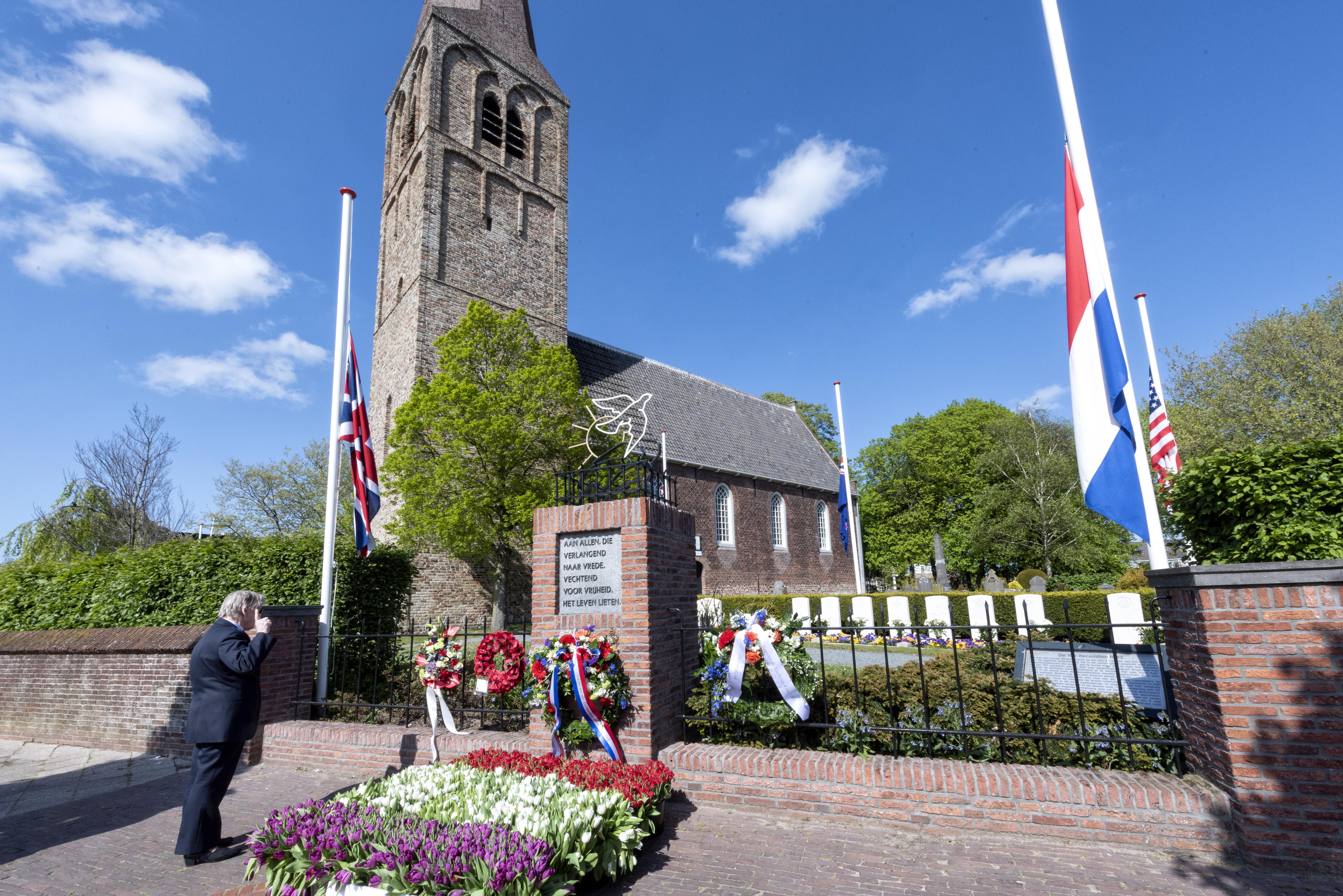 Alleen de vogels doen hun zegje bij herdenkingen in Beverwijk, Castricum, Wijk aan Zee en Uitgeest [video]