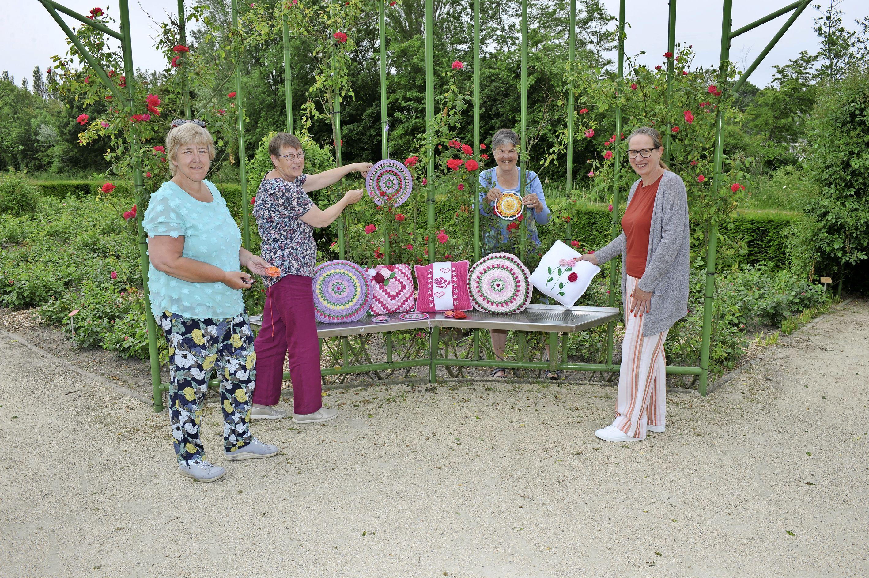 Rozen haken voor de rozentuin Assumburg in Heemskerk. 'Je moet de steken goed tellen, je zit zo fout'