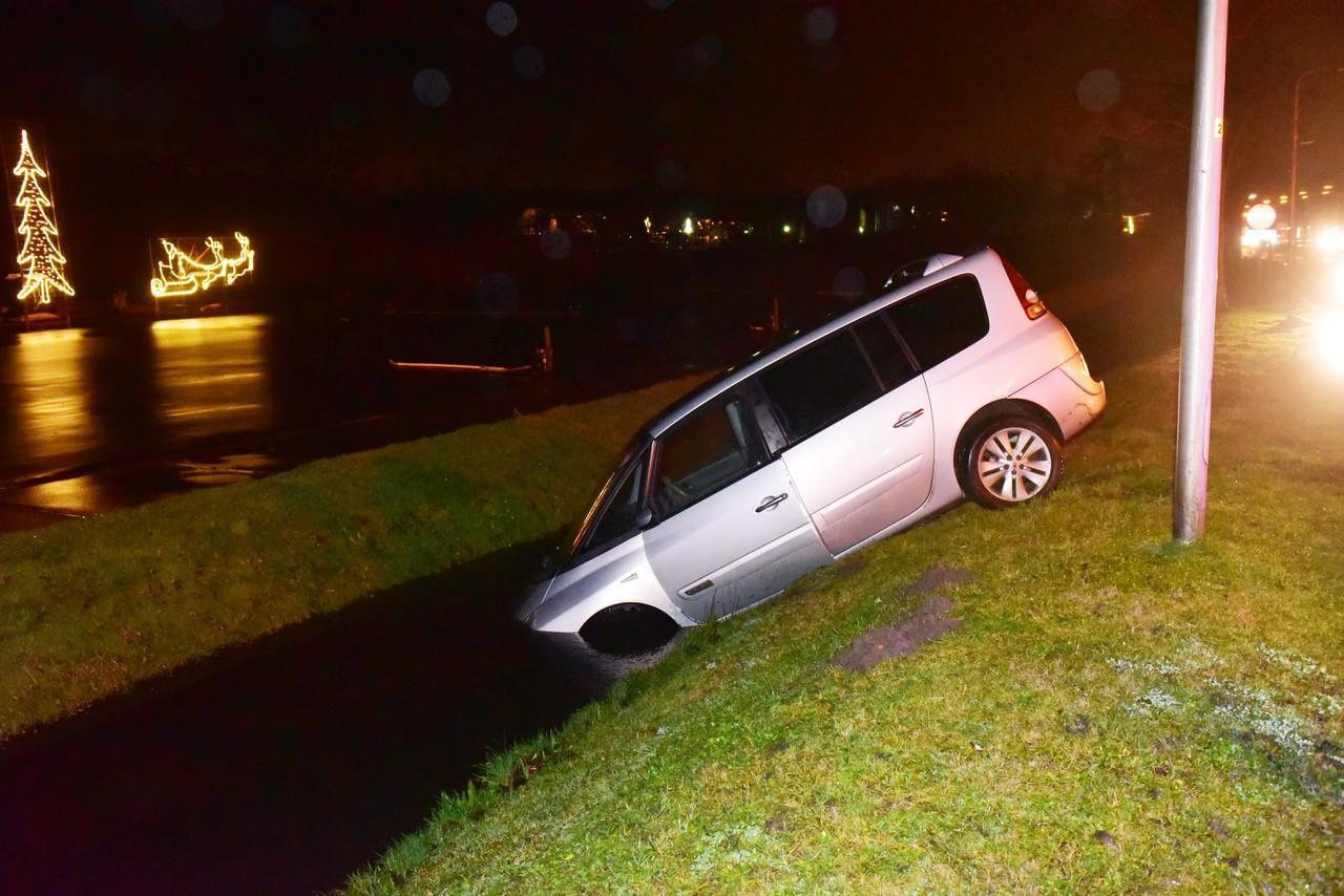 Auto belandt met voorwielen in Wassenaarse sloot, bestuurster aangehouden