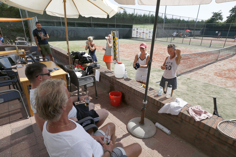 Bij 32 graden met recht 'Love Biene' op tennisbaan in Waarland: 'We hebben ook genoeg edities in de regen af moeten werken.'