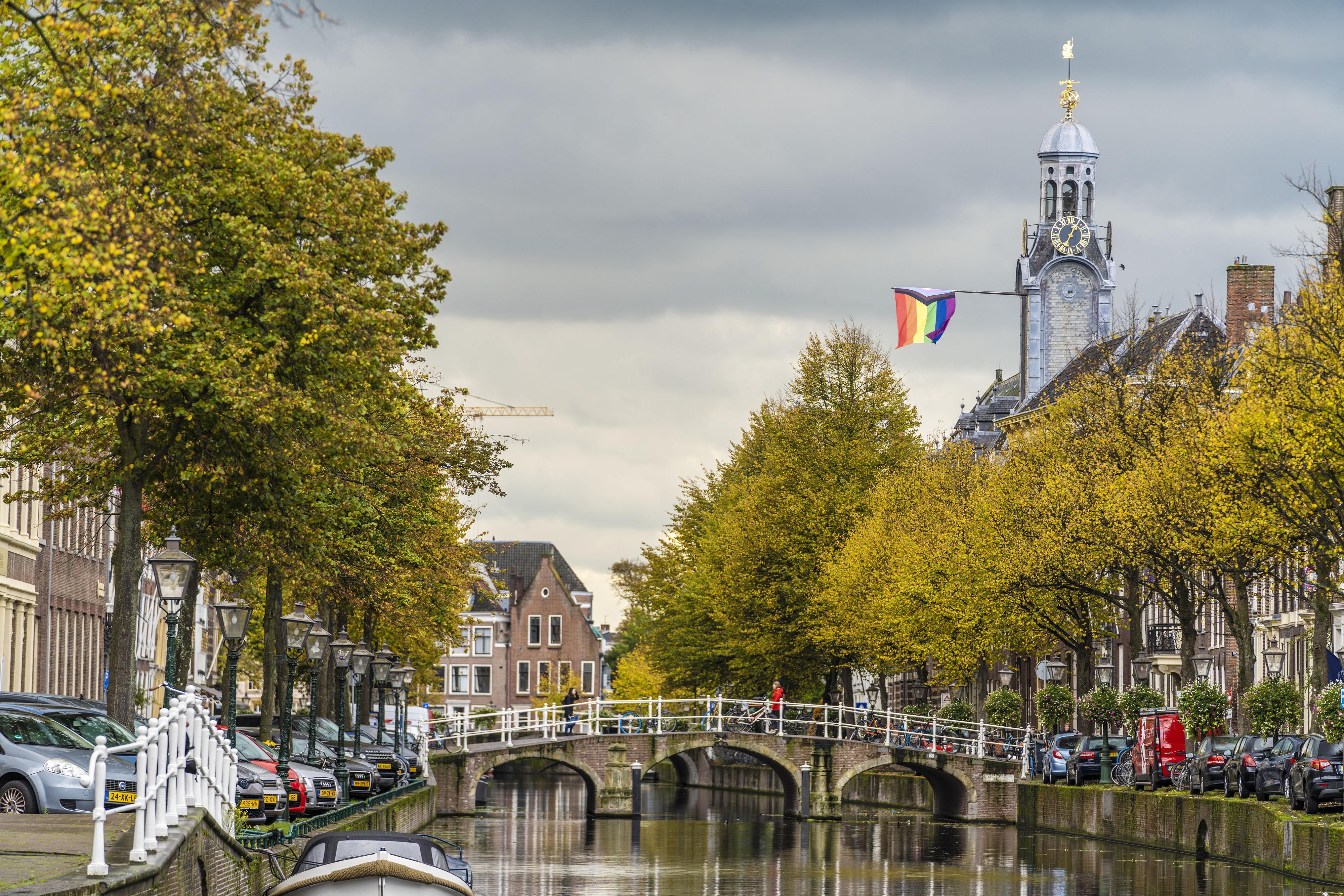 Gemeente Leiden en universiteit hangen Pride Progress regenboogvlag uit, 'omdat liefde het wint van uitsluiting en discriminatie'