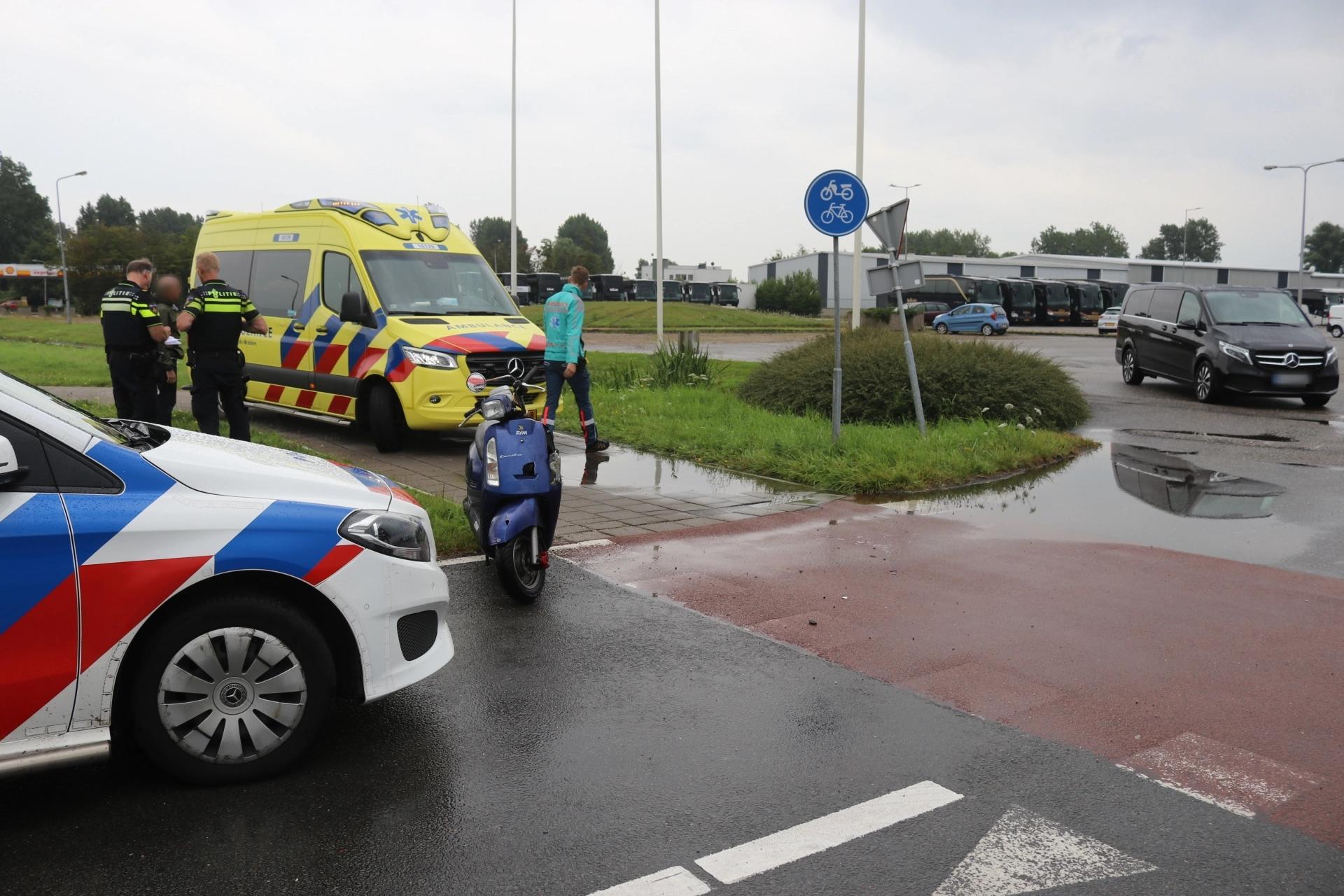 Scooterrijder naar ziekenhuis na botsing met busje in Noordwijk