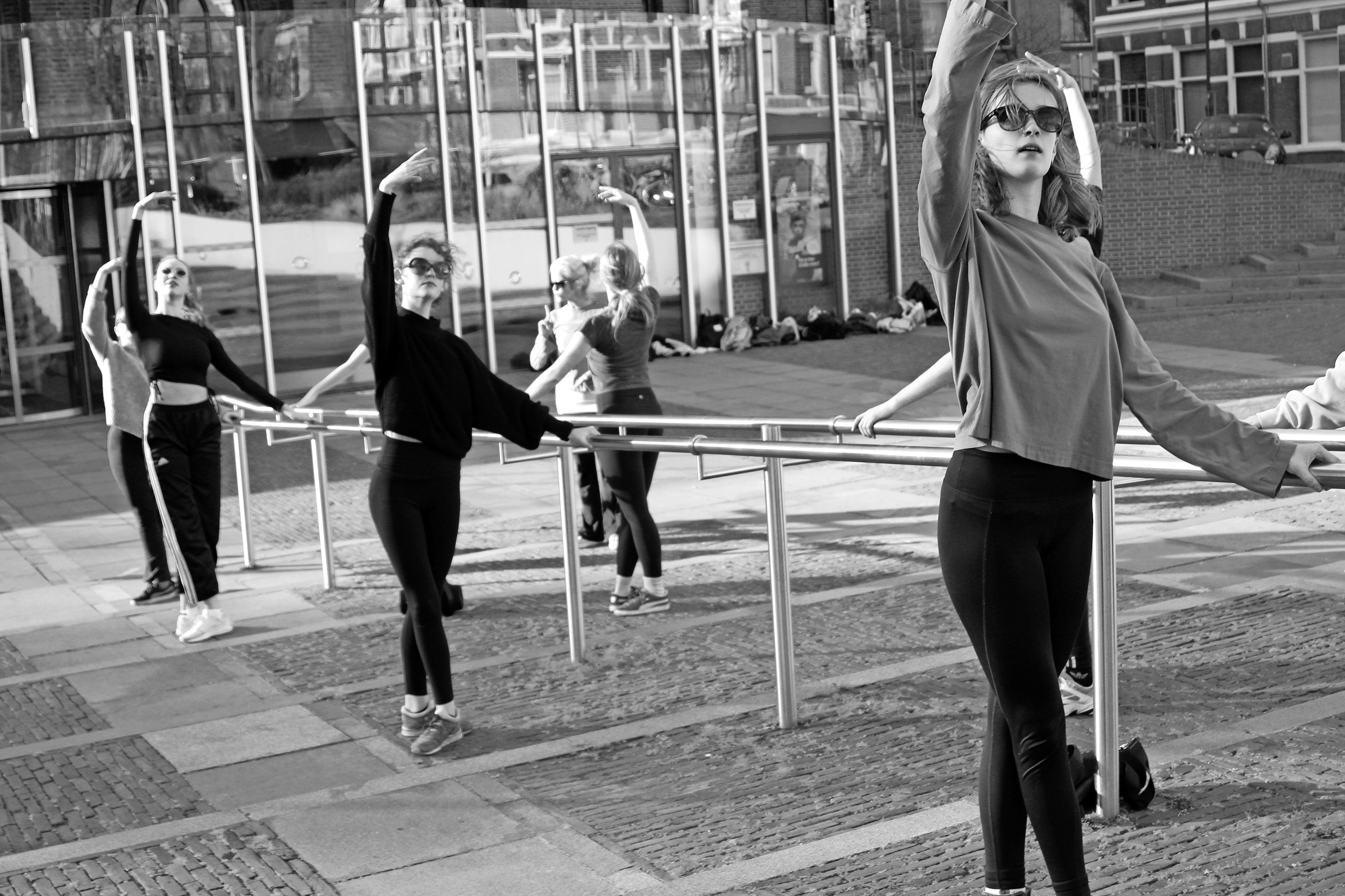 Balletlessen op het plein; 'Als nomaden trekken we door Haarlem'