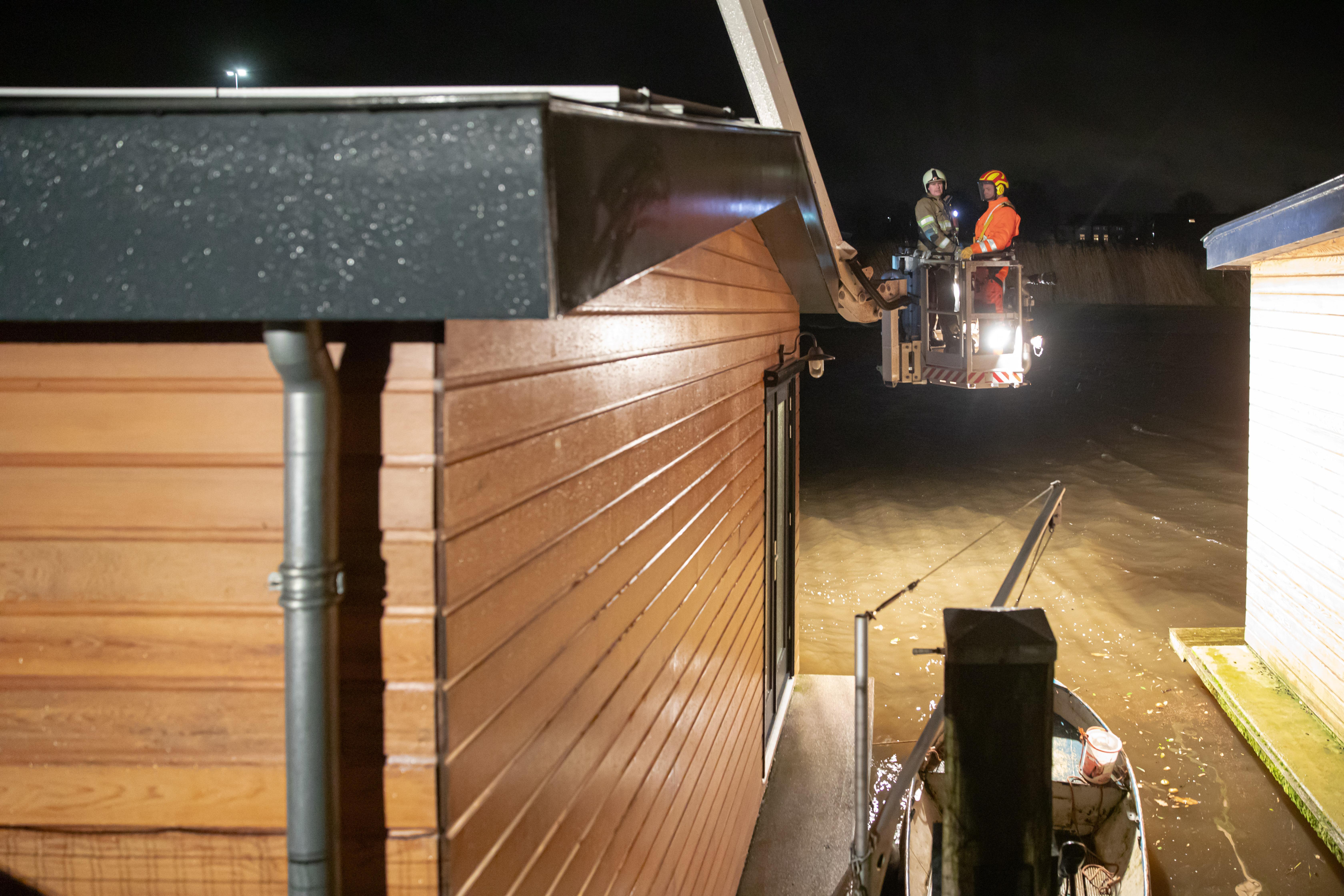 Brandweer druk met woonboot in Baarn, die door zeer lage waterstand in de problemen kwam