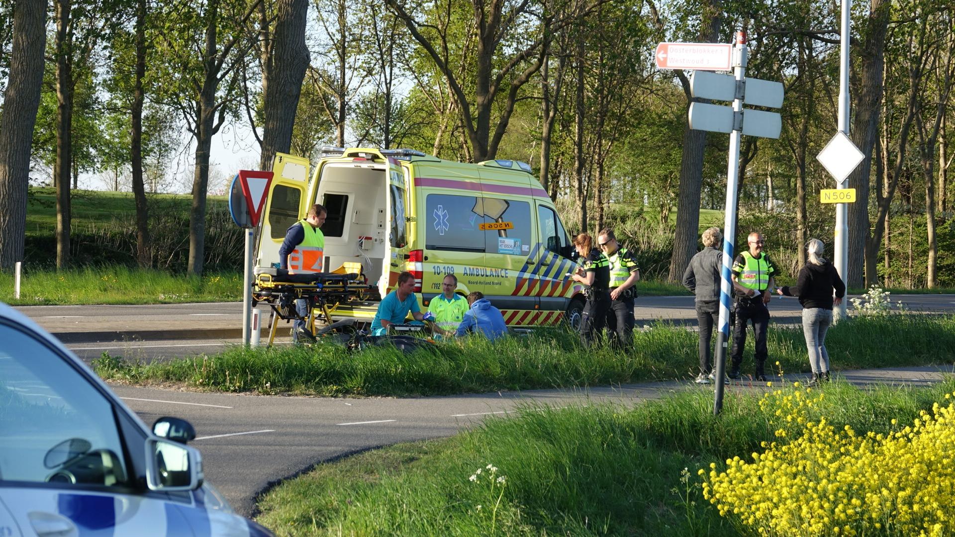 Scooter in Wijdenes geschept door auto, bestuurder gewond