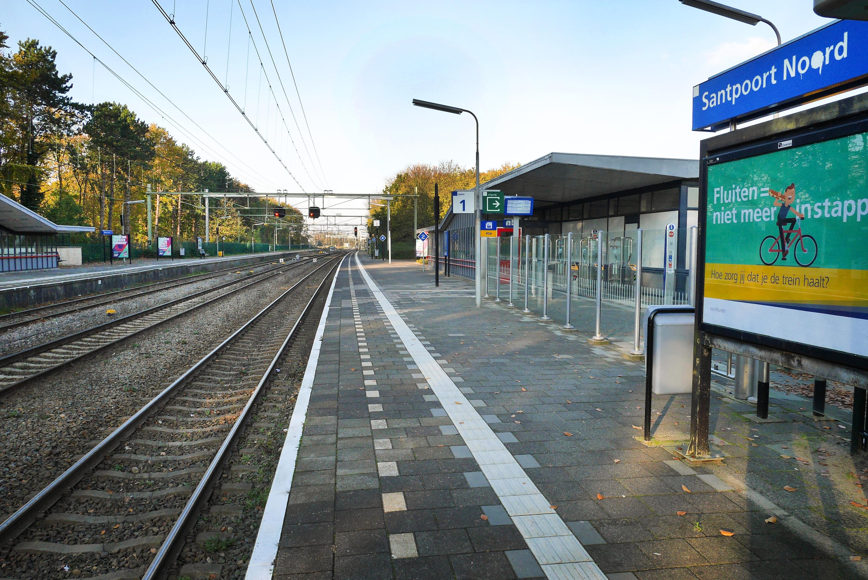 Jongen (14) 'op gewelddadige wijze beroofd van airpods bij NS-station Santpoort-Noord': bericht boze vader op Facebook leidt tot meer dan 200 reacties