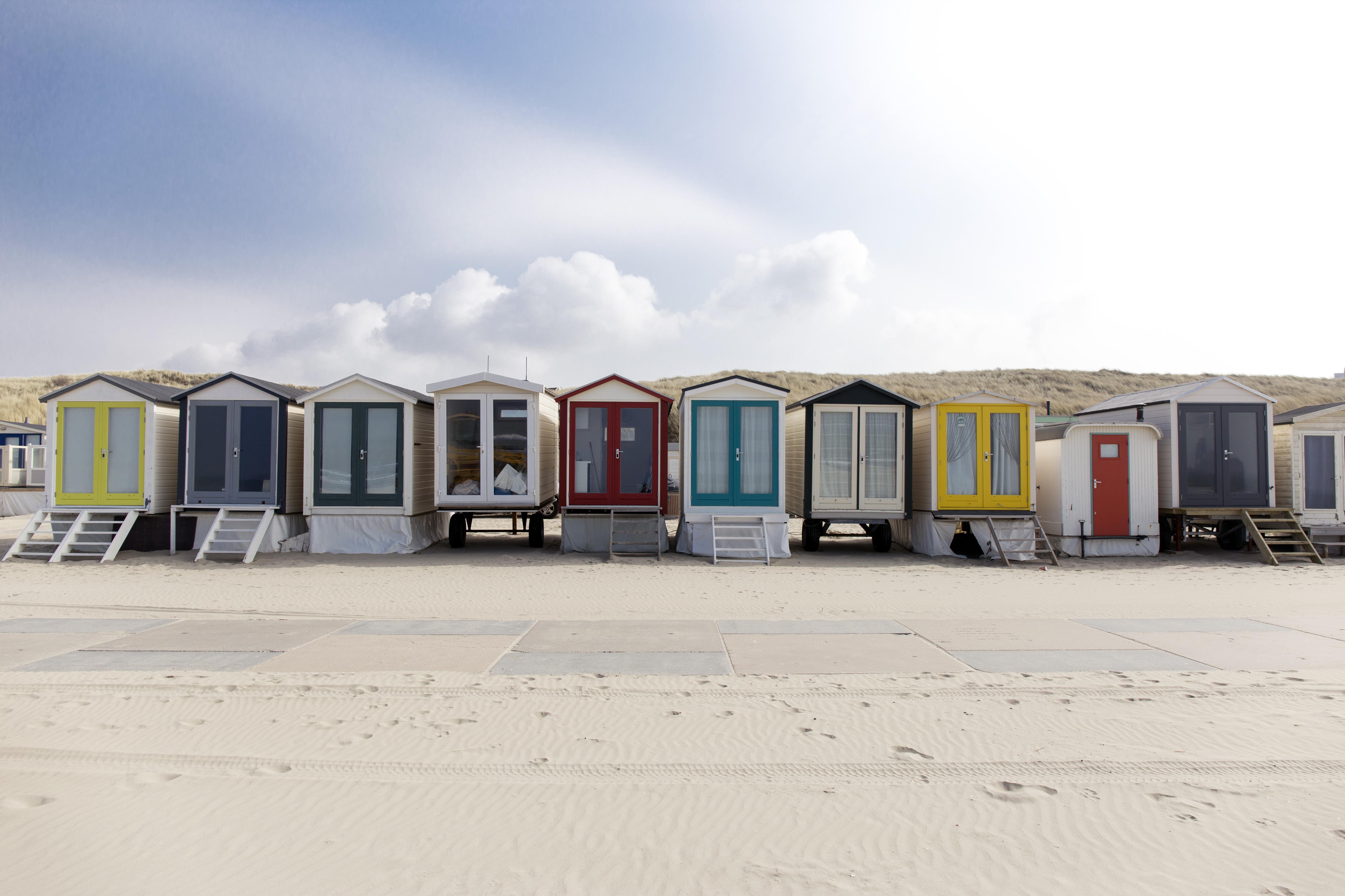 Strandhuisjesdorp Wijk aan Zee in opbouw. Na een lange coronawinter in lockdown voelt het weerzien extra fijn. 'En nu hup, op naar een zorgeloze zomer aan zee!'