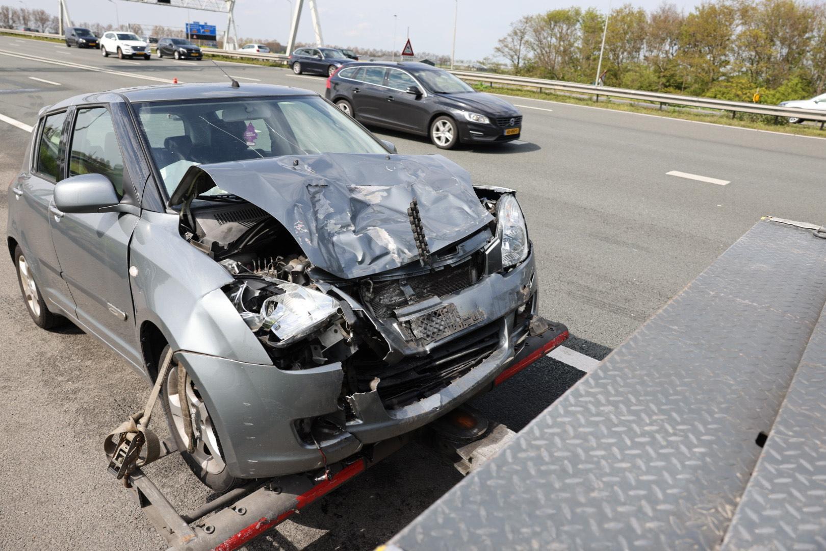 Auto krijgt tik van achteren en belandt tegen vangrail op A9 bij Vijfhuizen