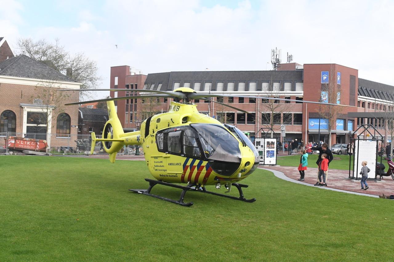 Traumahelikopter landt op de Garenmarkt in centrum van Leiden om medische noodsituatie
