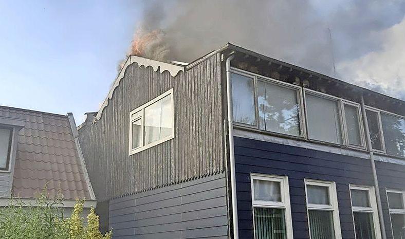 Brandweer op volle sterkte naar brand in Zaandam, houten huizen in gevaar: overbuurman schrok zich rot toen hij werkers zag vluchten voor de vlammen