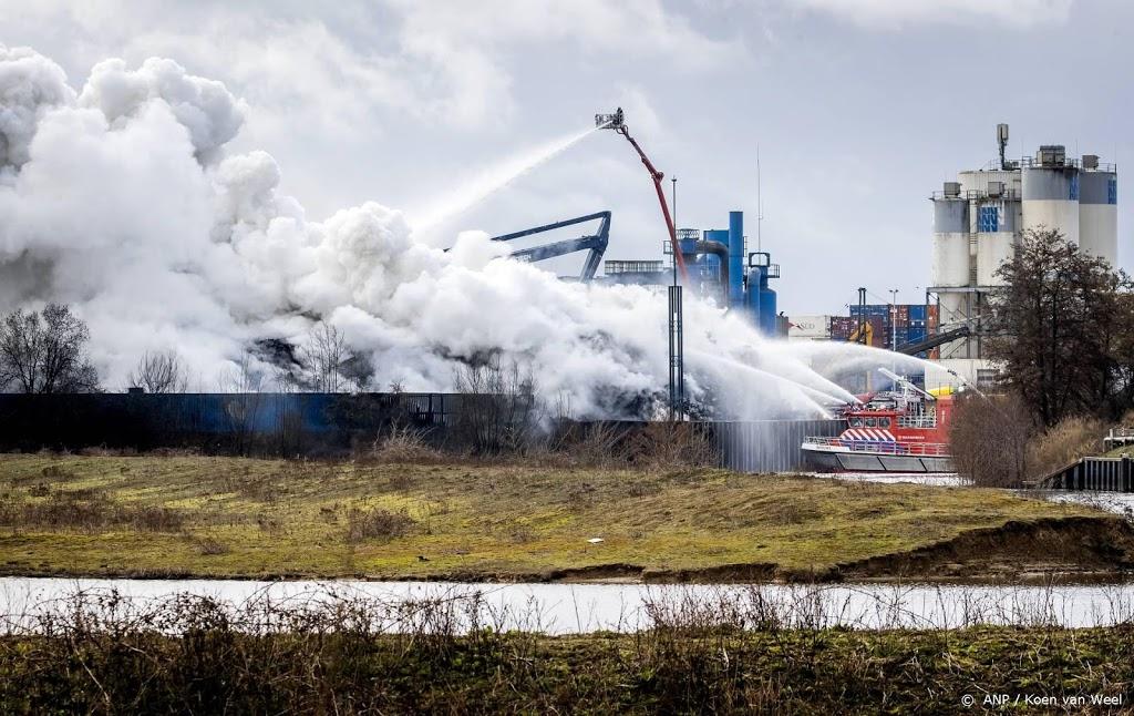 Brand bij schrootverwerker, rook in wijde omgeving te zien