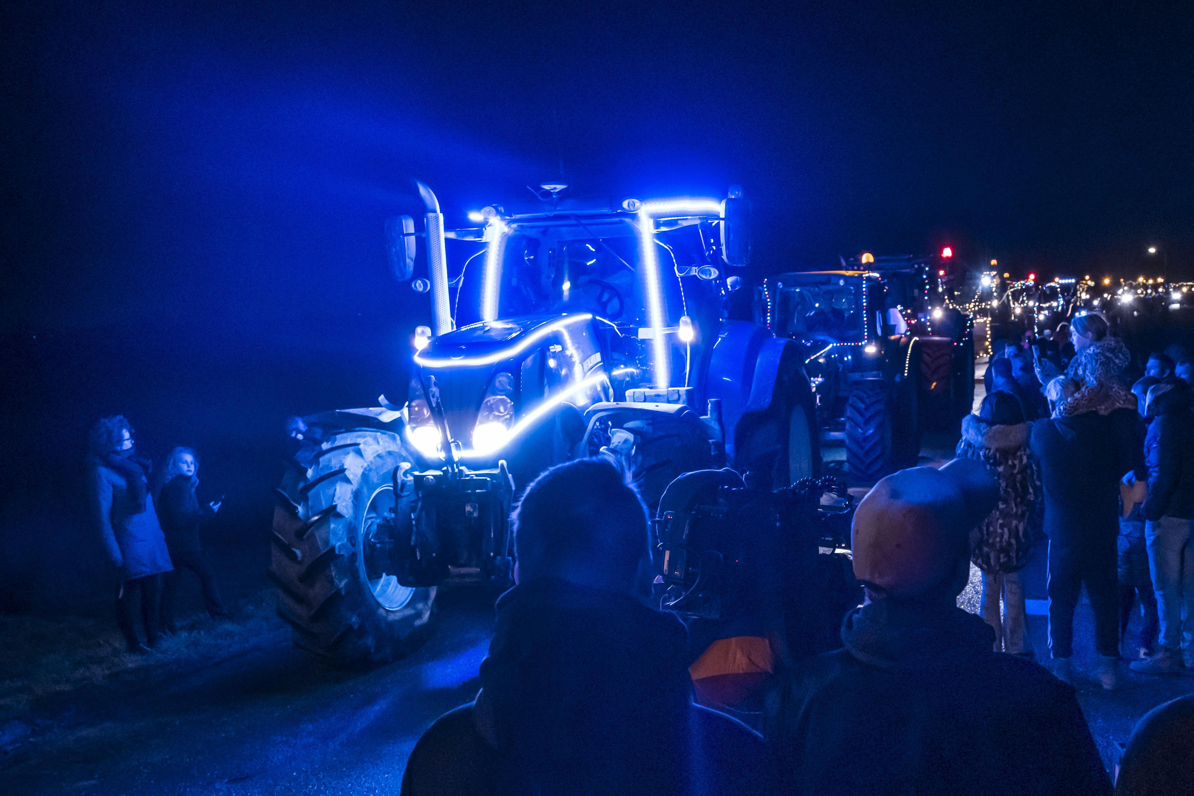 De laatste kerst van Ted Imming uit Alkmaar. Boeren geven er extra glans aan door hem te bezoeken met fraai verlichte en versierde trekkers [video]