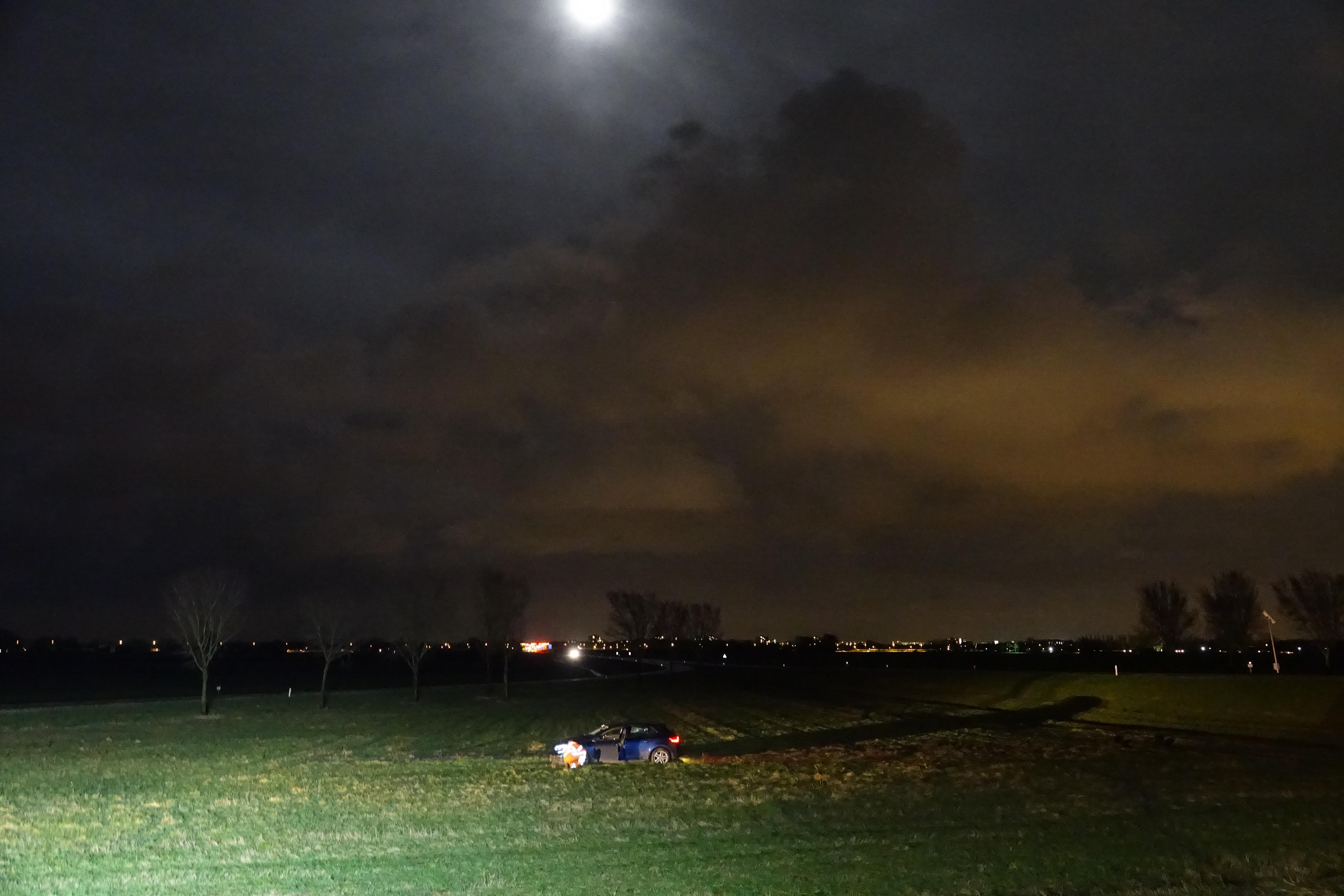 Auto schiet uit bocht op N244 in Middenbeemster [video]