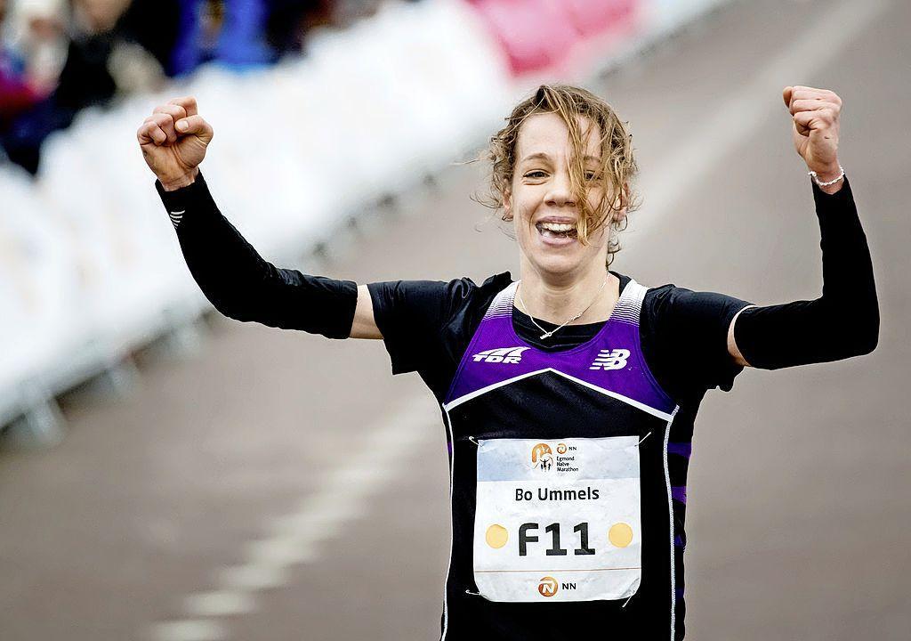 Misstap houdt atlete Bo Ummels uit marathon op vliegveld Twente