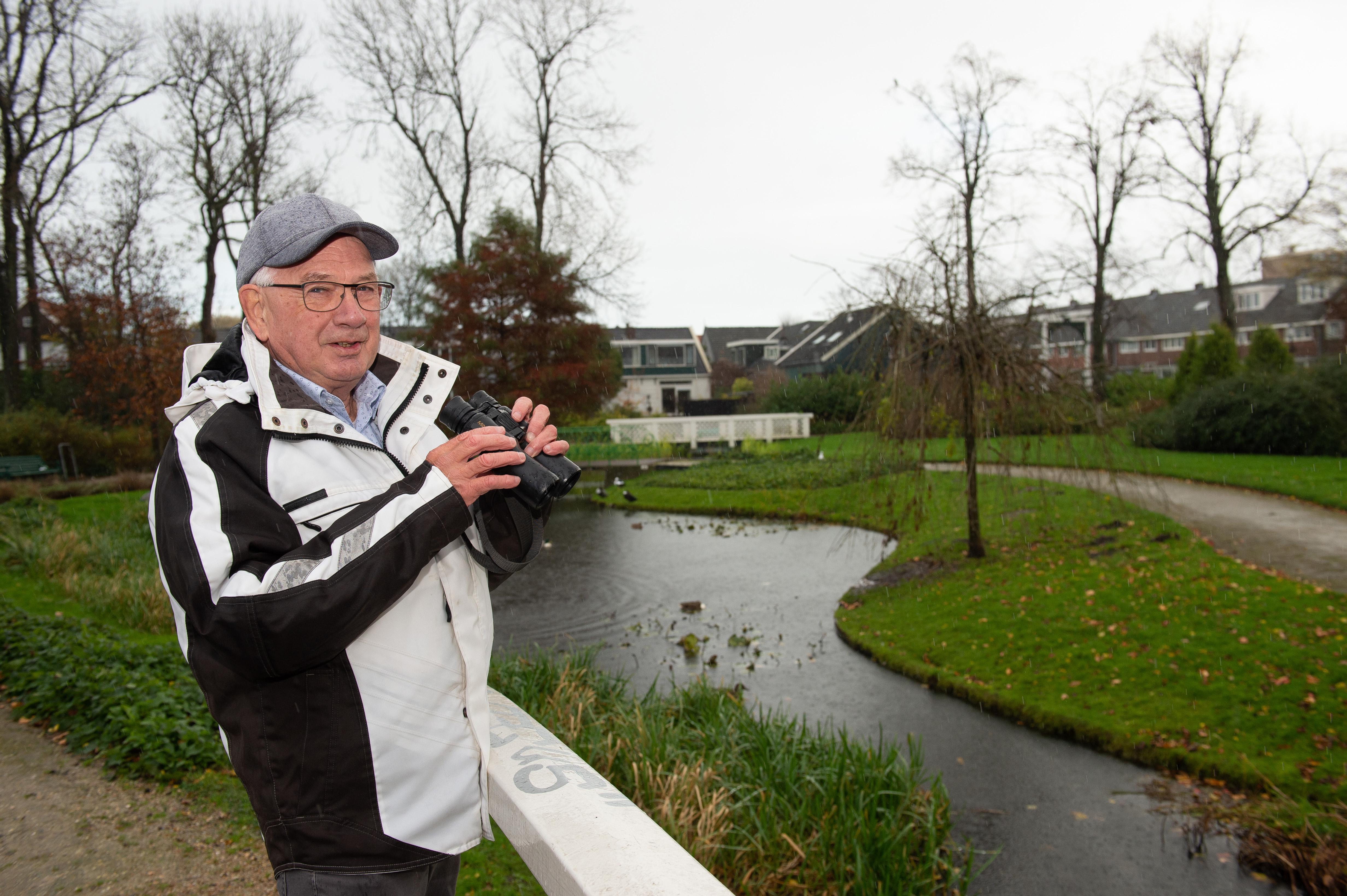 Op stap met ervaren stadsvogelaar Frits Schuster in Zaandam: 'Wat leuk! Een ijsvogeltje. Hoe is het mogelijk, hè?! Midden in de stad'