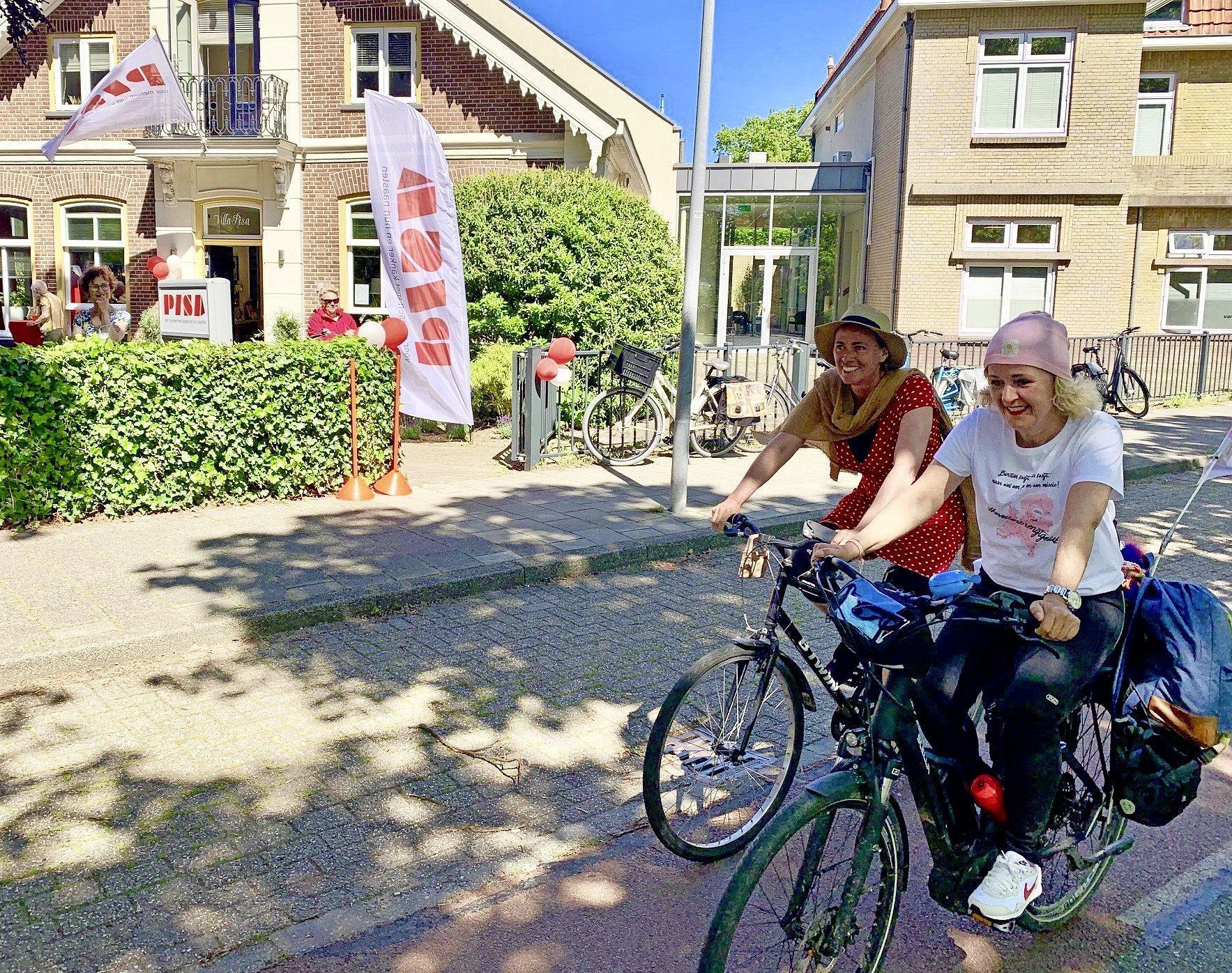 Fietsende actievoerders Evelien en Marinet warm onthaald bij Inloophuis Pisa in Hoorn: 'Ik weet nu hoe Máxima zich voelt'