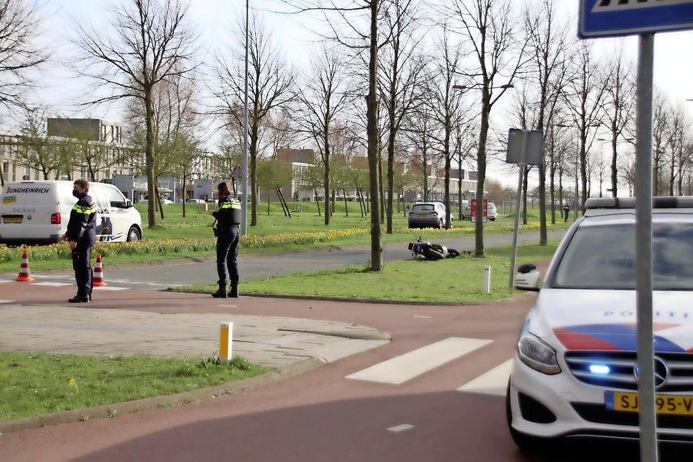 Scooterrijder gewond bij botsing met auto in Hoofddorp