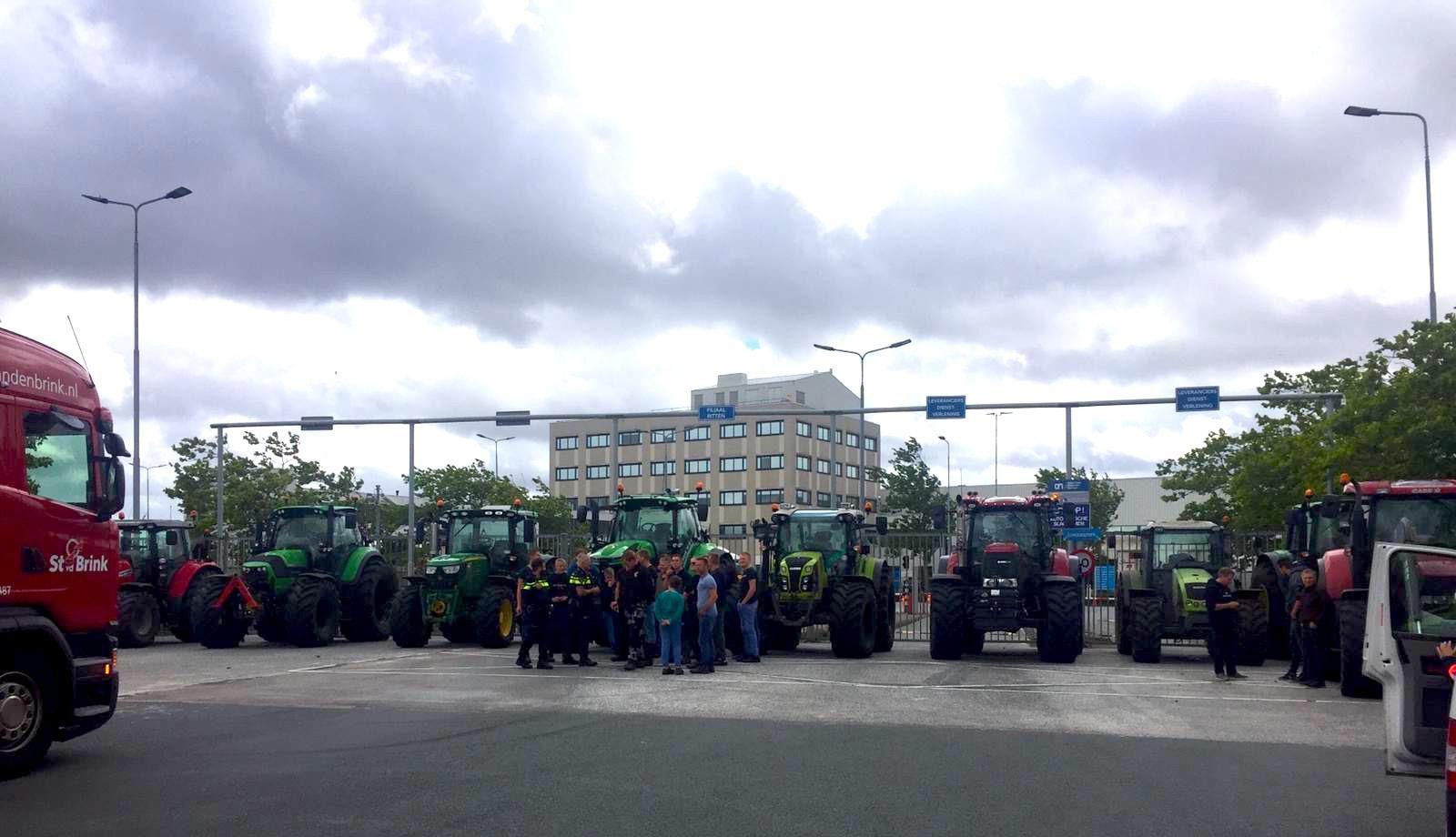 Boeren heffen blokkade bij distributiecentra Albert Heijn en Aldi in Zaandam op [video]