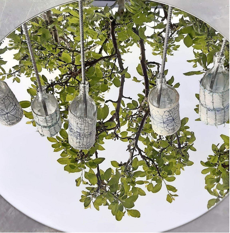 Kunstenares Marion Karremans-Burger liet zich inspireren door de tuinen van de Leidse Hortus, en daar is haar werk ook te zien: 'Ik hoop maar dat het mooi weer wordt'