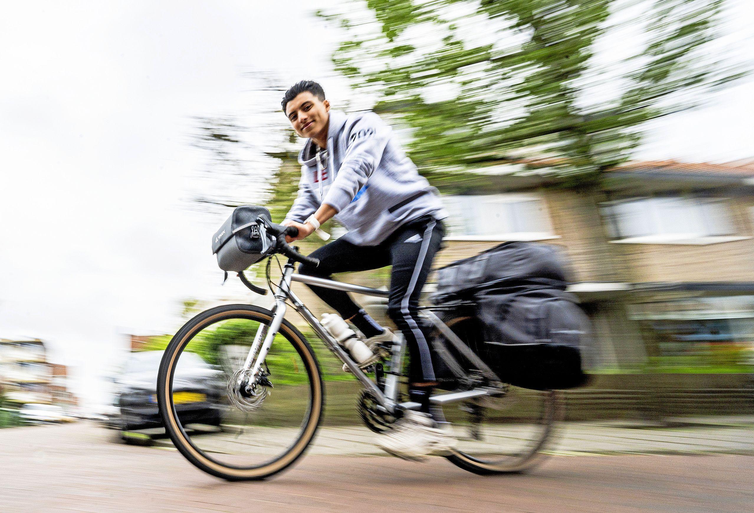 In twaalf dagen op de fiets langs alle hoofdsteden voor gehandicapte medemens