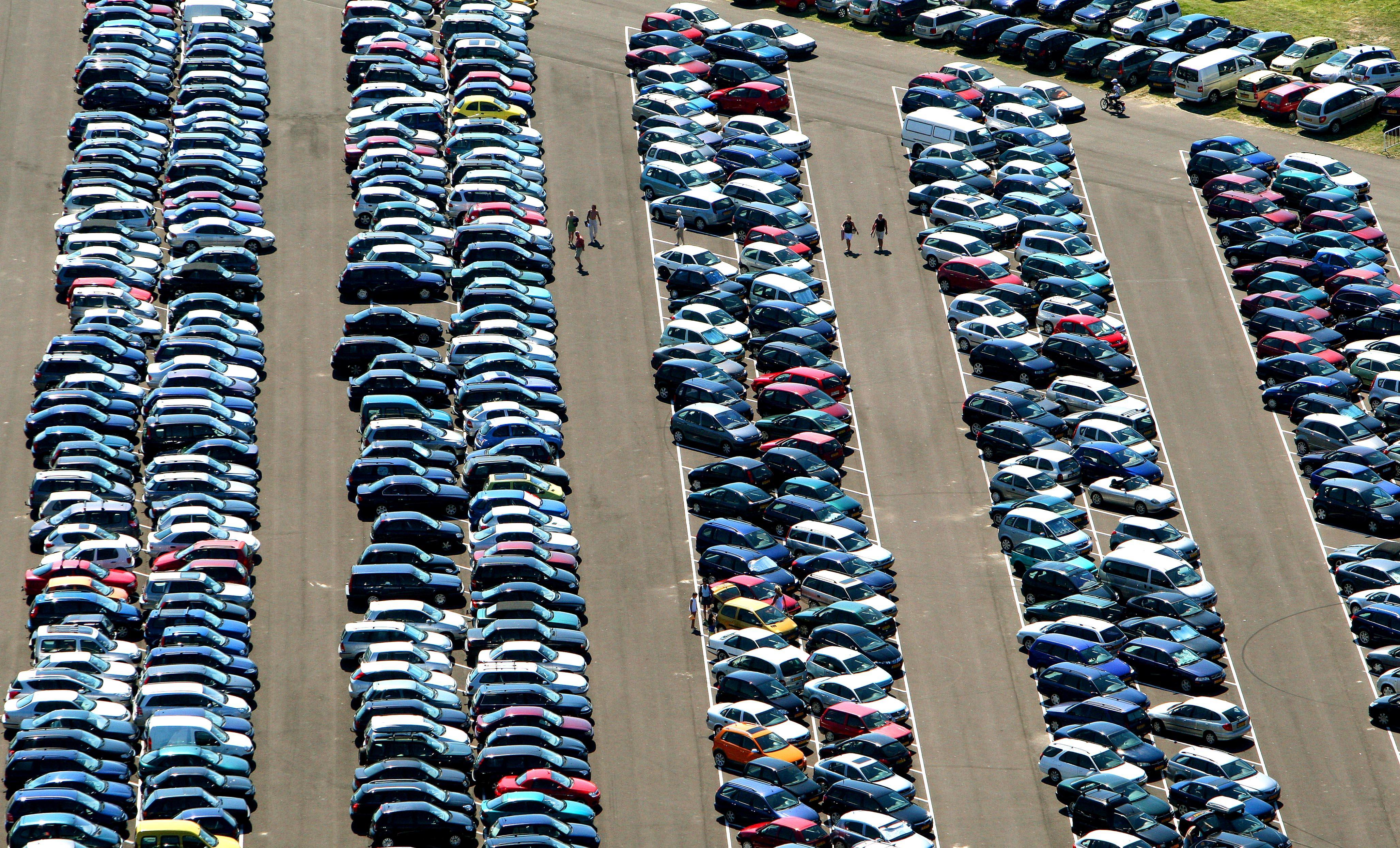 Drukte op de wegen richting stranden, Wijk aan Zee is 'bomvol'