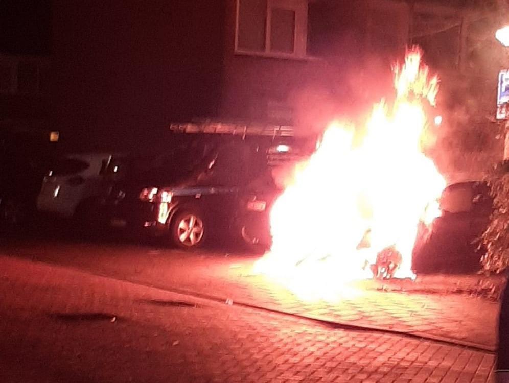 Auto gaat in vlammen op in Zaandam, politie vermoedt brandstichting