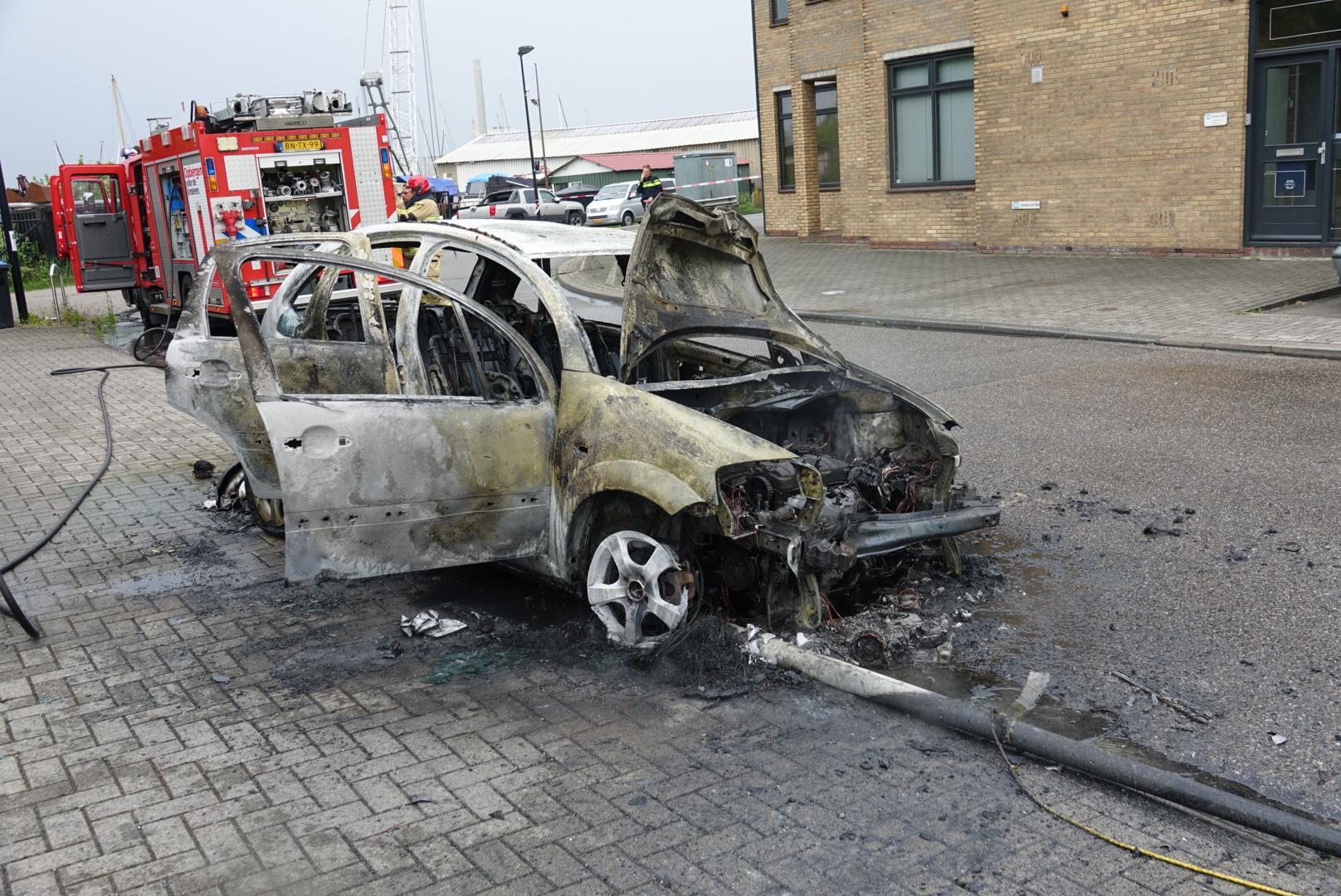 Auto brandt uit na omver rijden lantaarnpaal in Zaandam