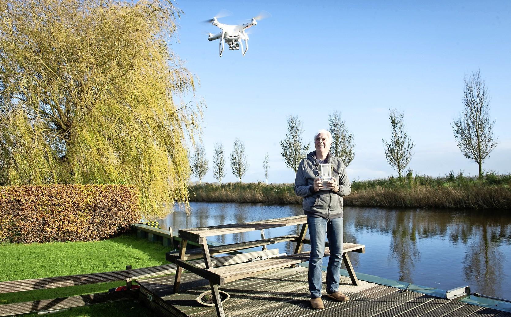 Zwevend boven Zeevang maakt de drone van Frens Mazenier uit Beets luchtopnamen en die zijn zeer gewild; 'Niemand komt herkenbaar in beeld' [video]