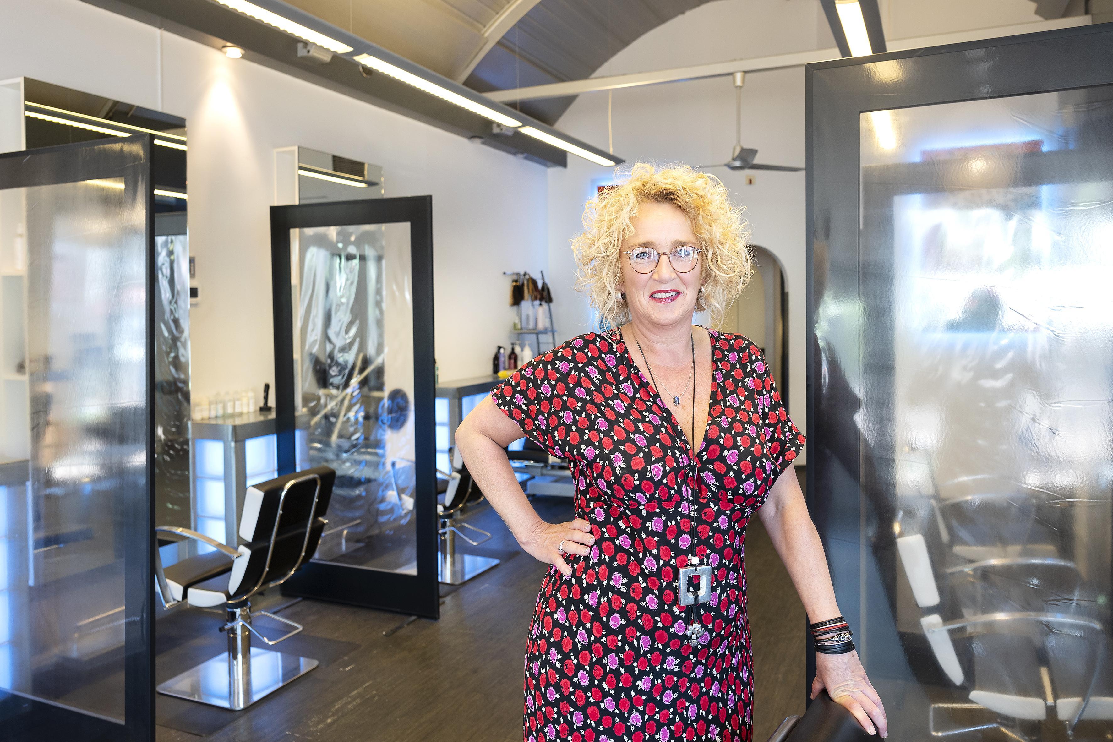 Angelique sluit de deuren van haar winkel in IJmuiden en gaat verder met de andere kapsalon in Santpoort-Zuid