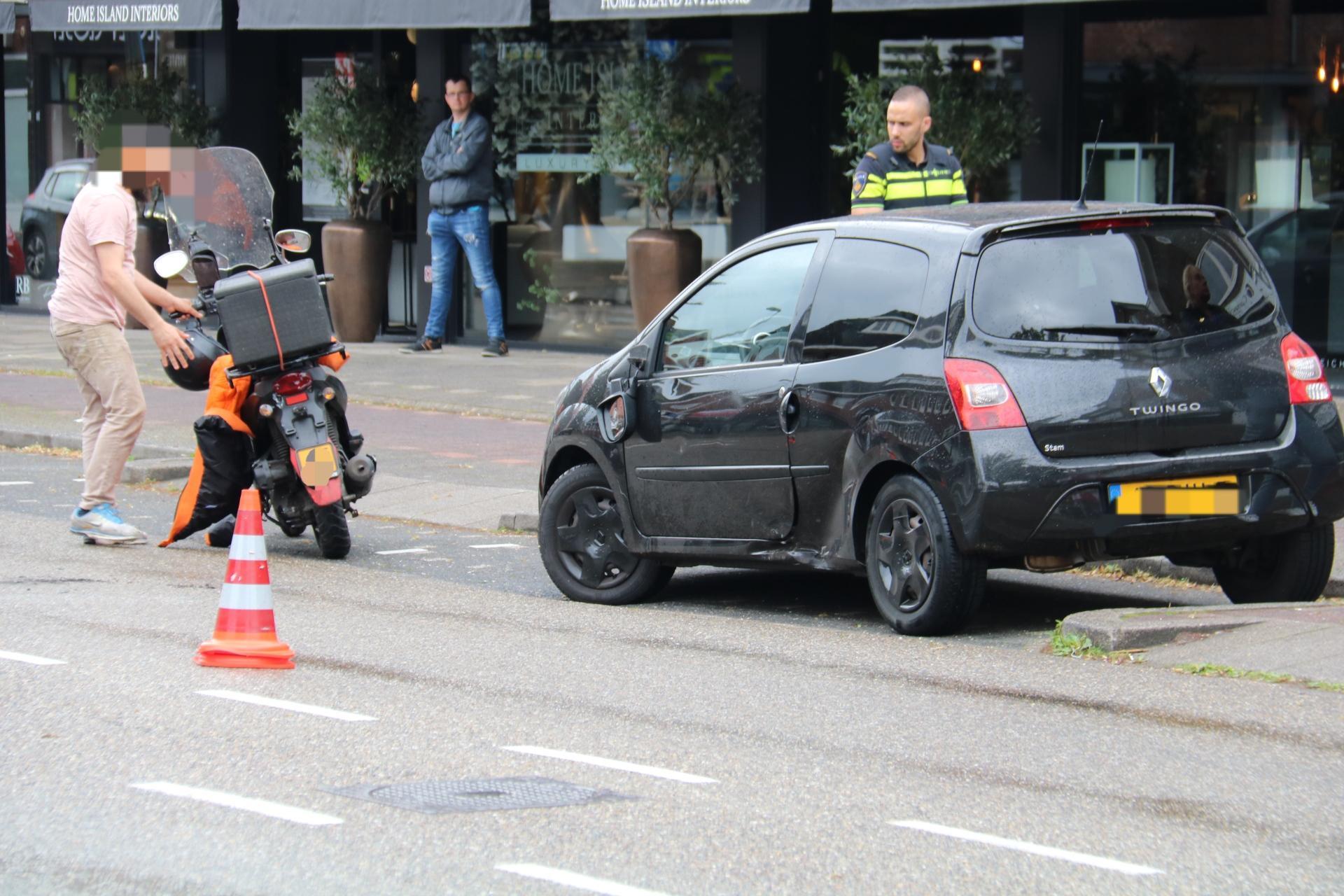 Maaltijdbezorger gewond bij aanrijding met auto in Bussum