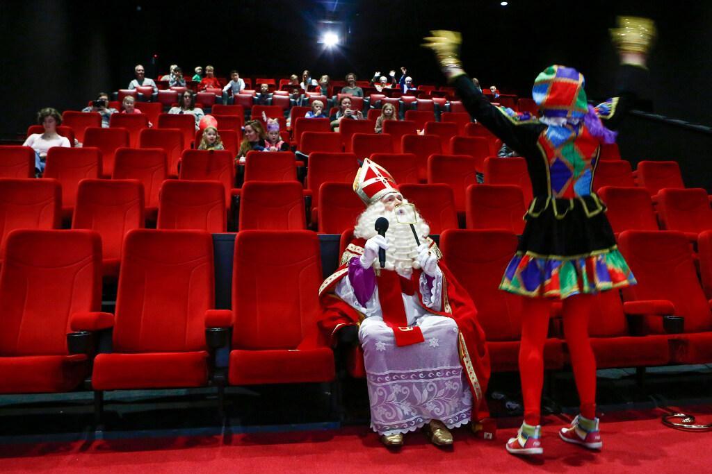Gijsbrecht-winkeliers furieus over diefstal ouderwetse rode brievenbus voor post aan Sint; Goedheiligman verblijdt jeugd in Vue bioscoop Hilversum