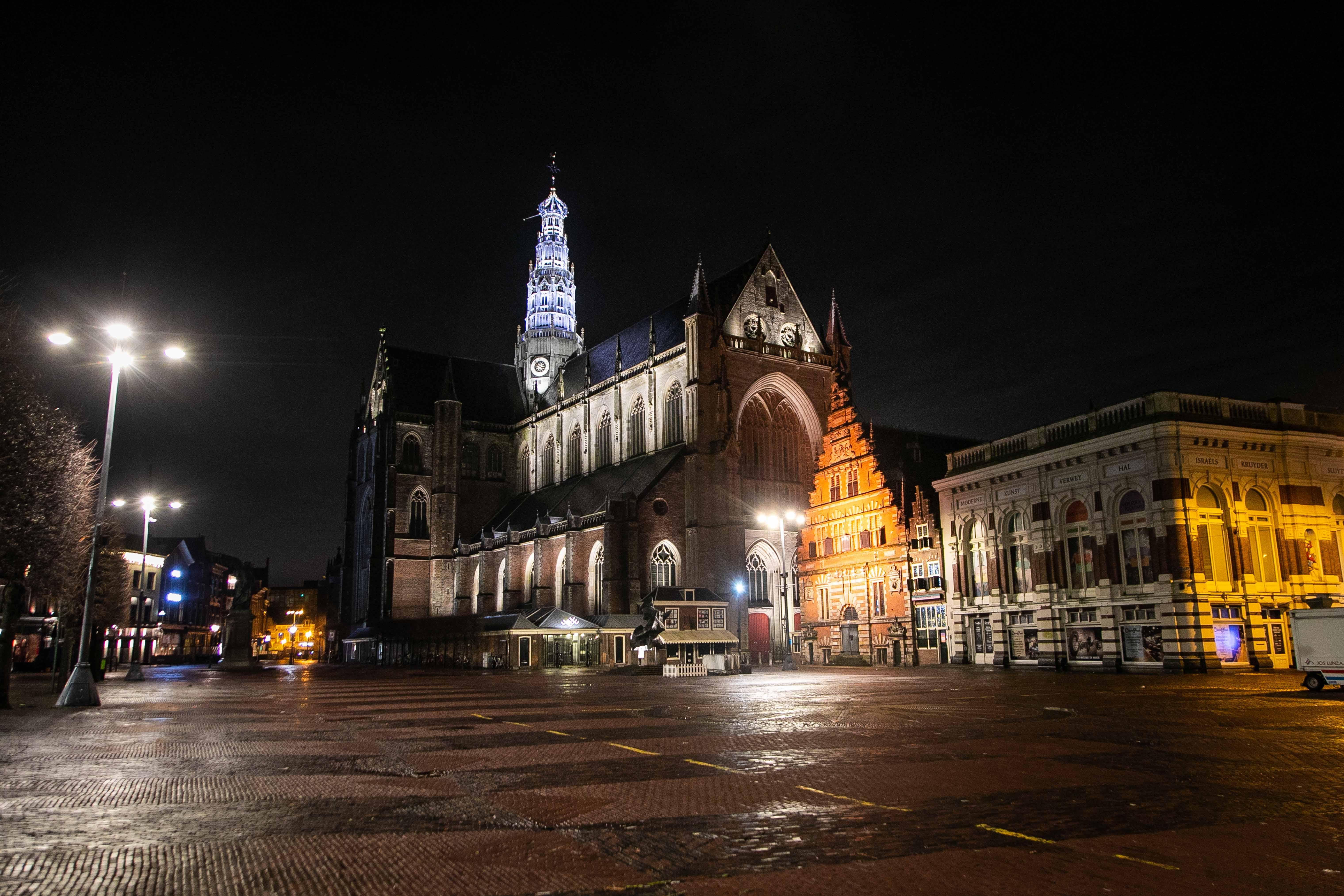 Ophef over avondklok gaat aan Haarlem voorbij: stad blijft domein van politie, hondenbezitter en maaltijdbezorger