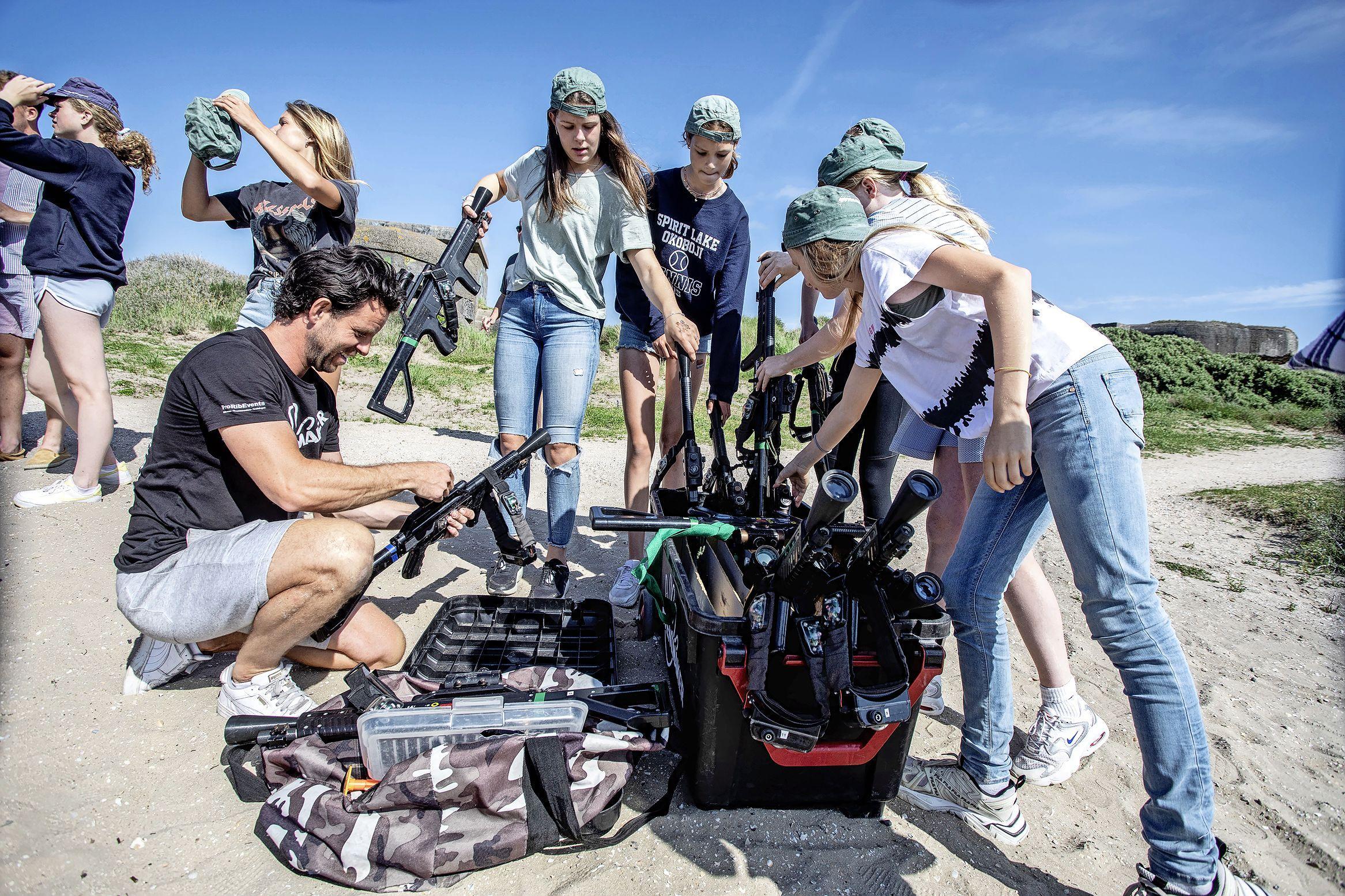 Lasergamen als teambuilding kan weer na anderhalf jaar bij Eventmaker op het IJmuiderstrand. 'Team groen, we gaan het beter doen!'