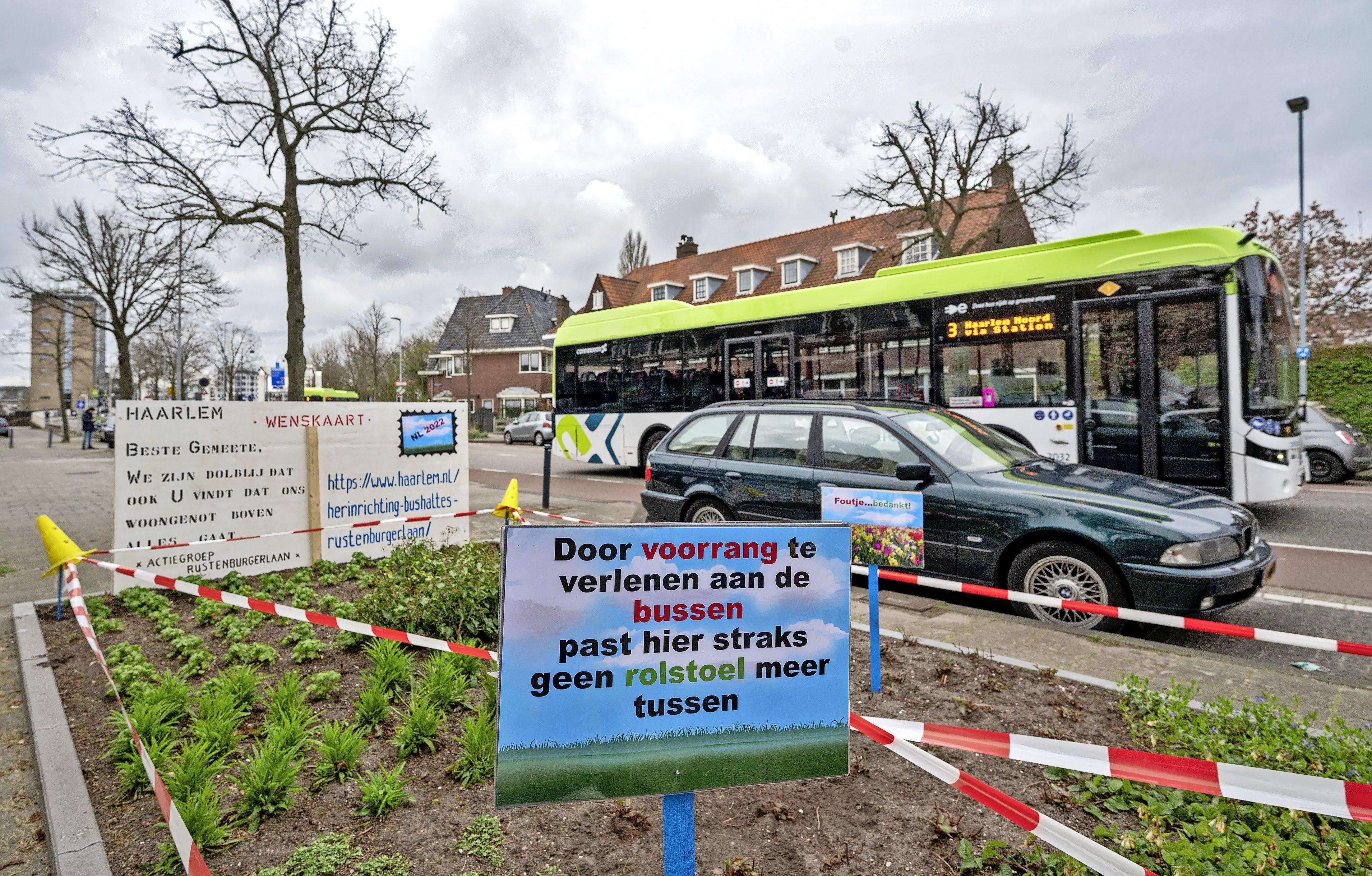 Ludieke acties tegen megabushaltes; bewoners Rustenburgerlaan geven strijd niet op; 'Plan is achterhaald'