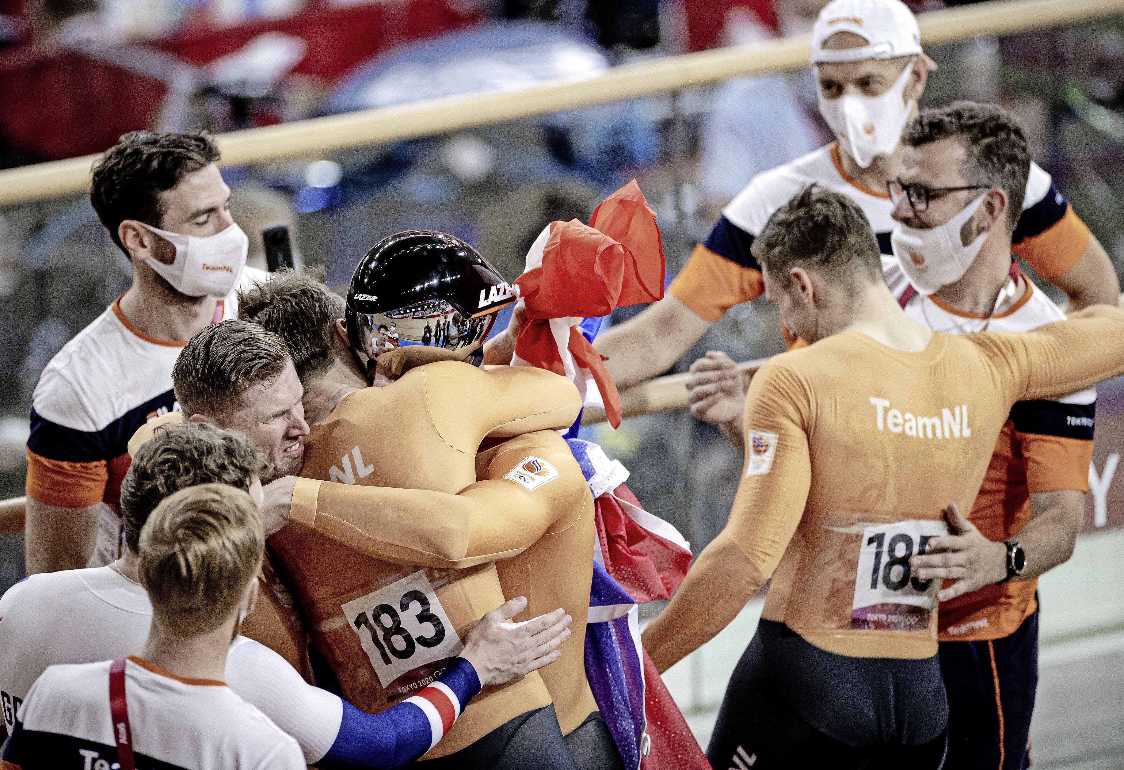 Teamsprinters met Matthijs Büchli uit Santpoort-Zuid bezorgen Nederland zesde gouden medaille: 'Dit moet even bezinken' [video]