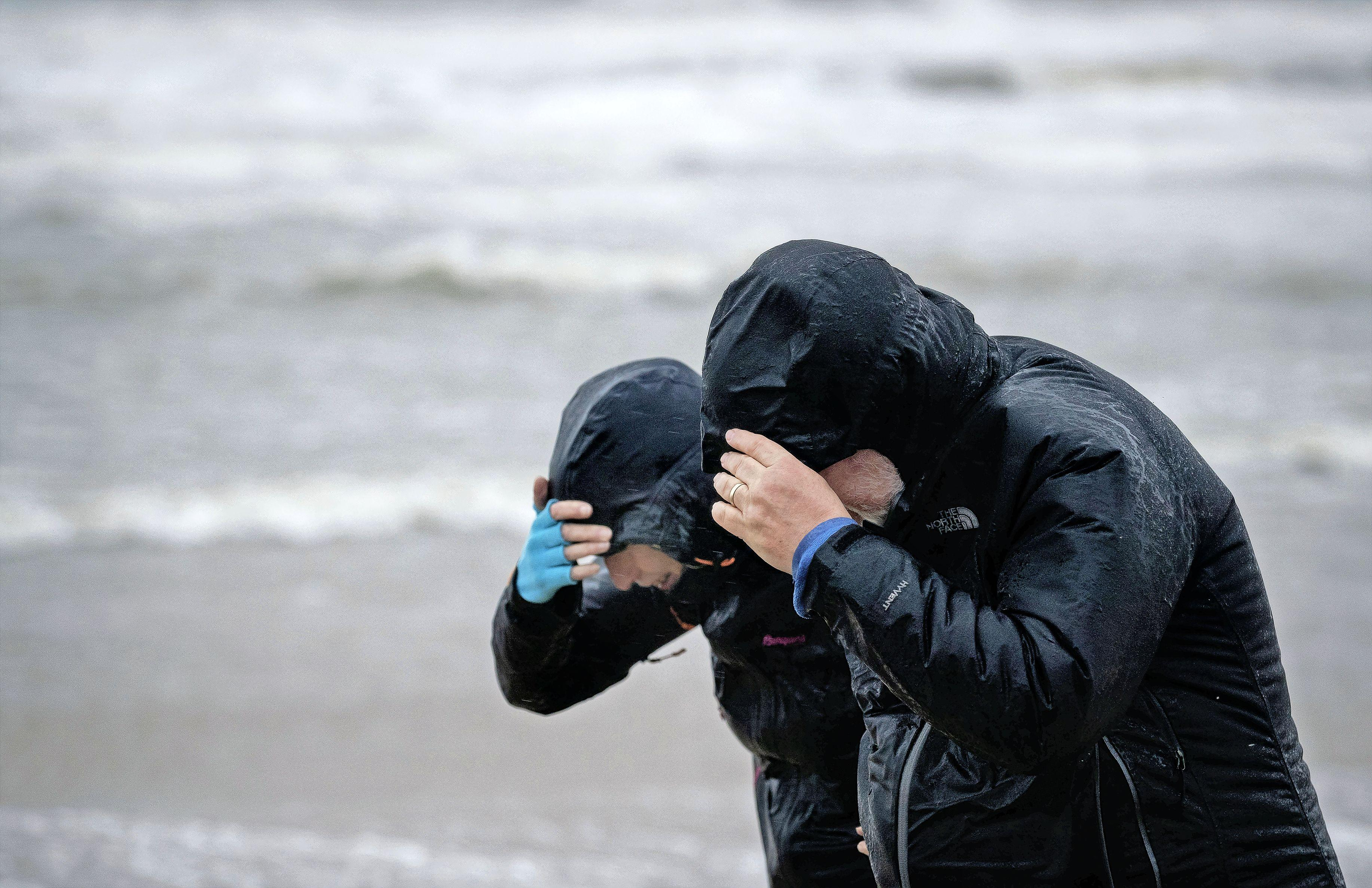 Eerste lentestorm raast over Nederland: windstoten met snelheden tot 110 kilometer per uur