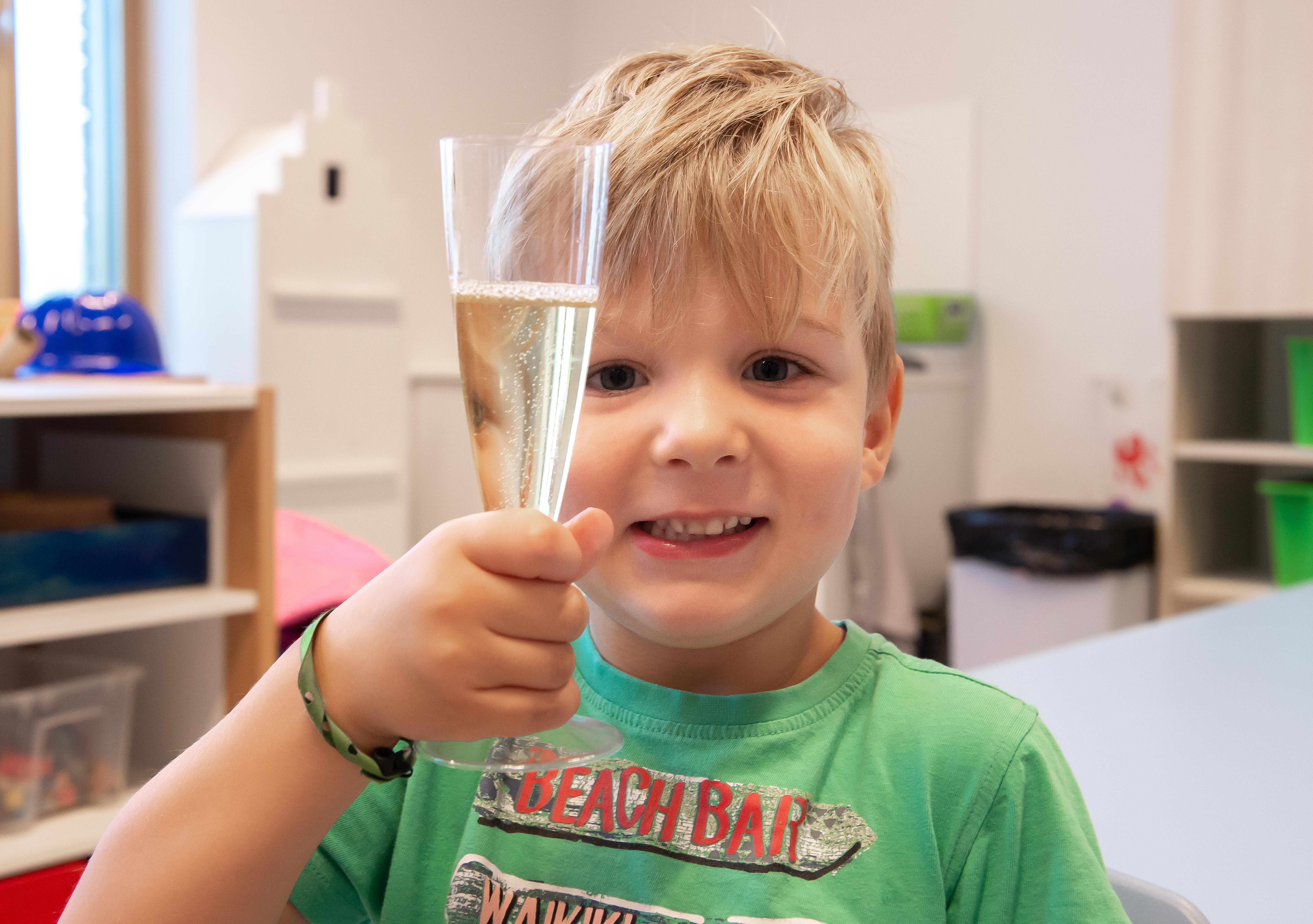 Bubbels voor Floris op eerste schooldag in nieuw schoolgebouw De Werf Zaandijk [video]