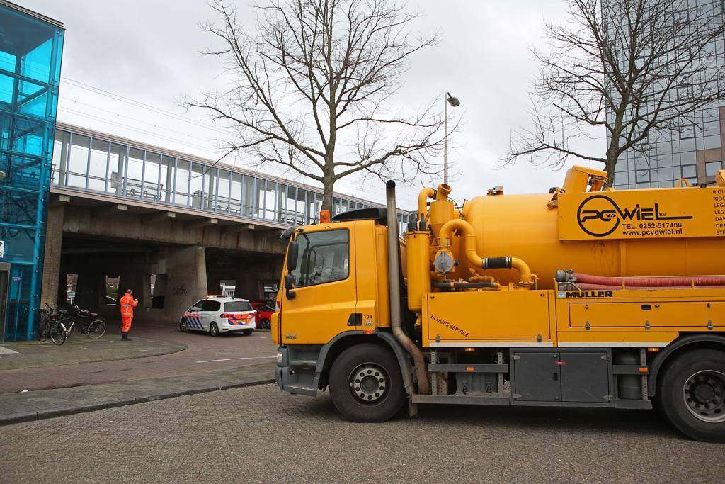 Vrachtwagen beschadigt spoorviaduct, treinverkeer Haarlem - Leiden plat [update]